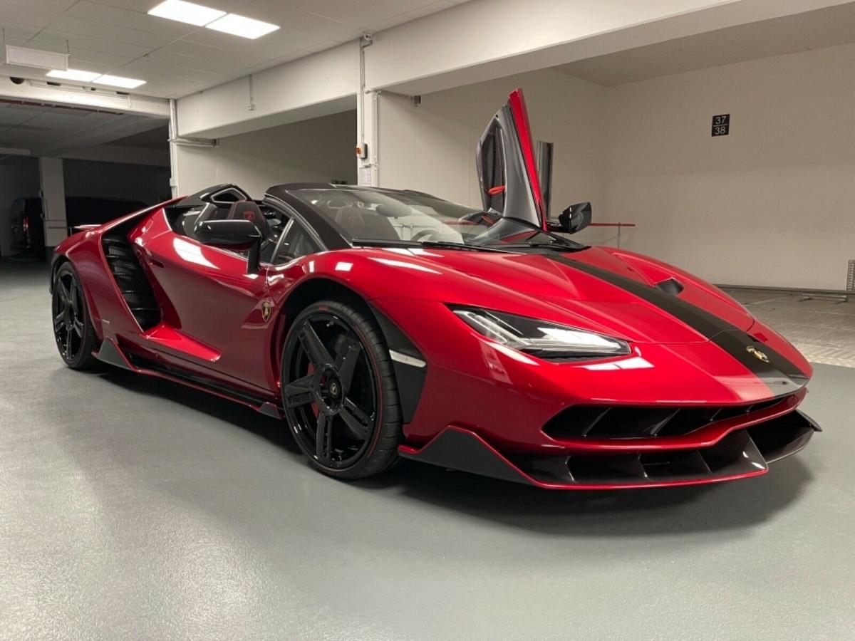 Mẫu Centenario này là chiếc duy nhất được xuất xưởng với ngoại thất màu đỏ Rosso Efesto. Trước đây, xe là một phần của bộ sưu tập siêu xe nổi tiếng tại Đức.
