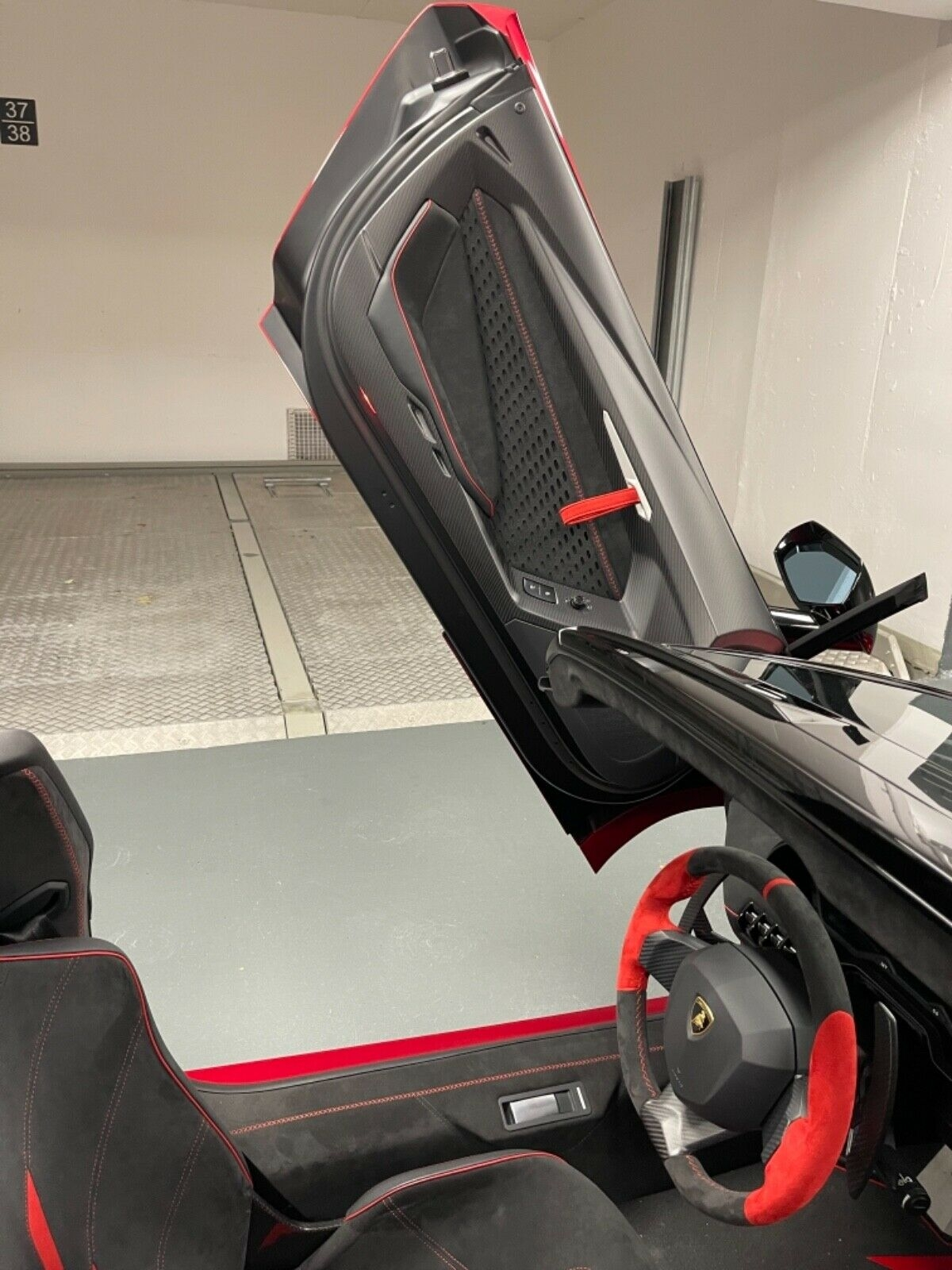 Khoang lái của chiếc Centenario này được bọc hoàn toàn bằng loại vật liệu Alcantara siêu nhẹ với màu chủ đạo là đen.