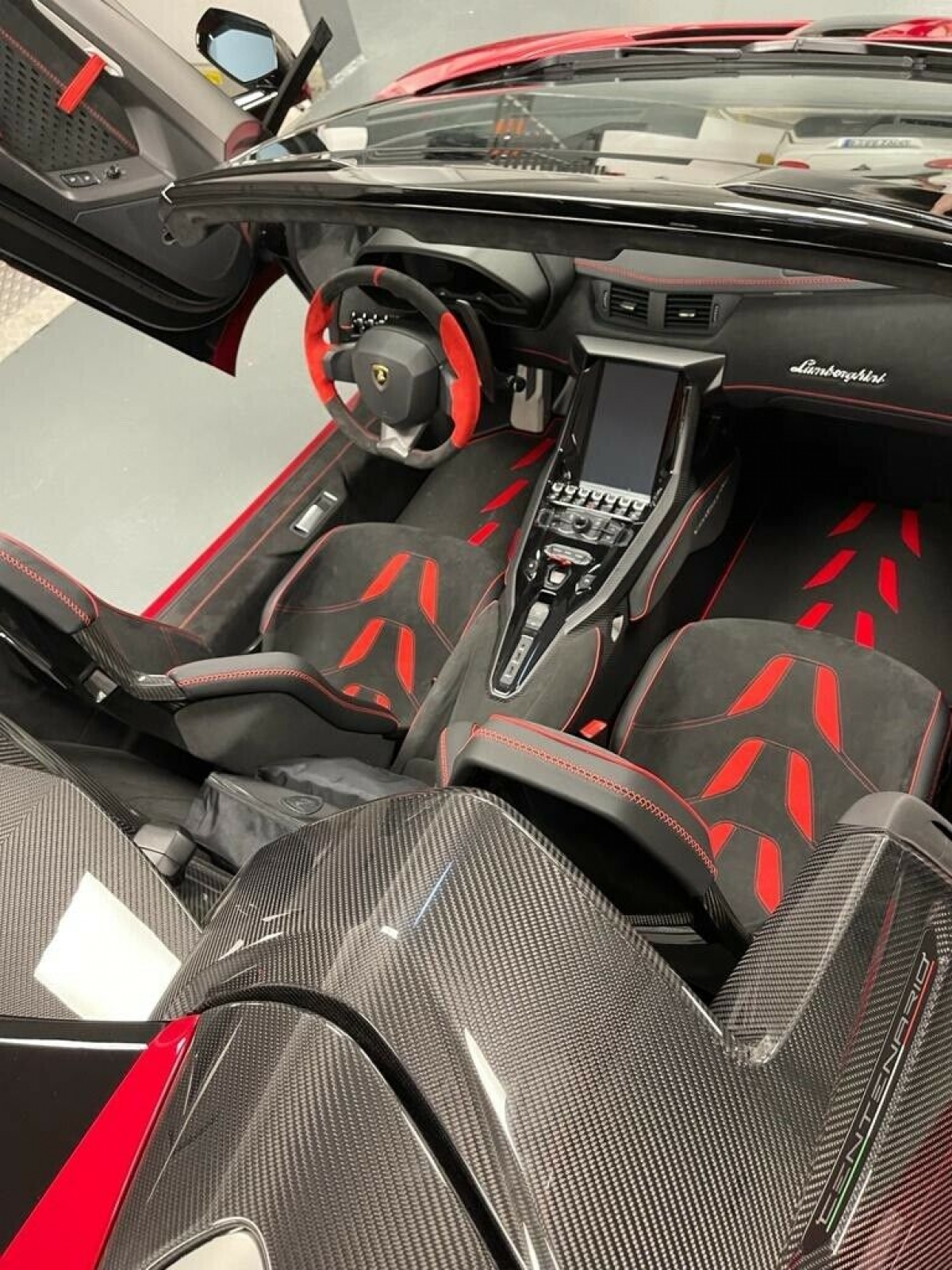 Hiện tại, chiếc Centenario Roadster này đang được rao bán với giá 5,5 triệu USD (khoảng 126 tỷ đồng), cao hơn nhiều so với những chiếc xe cùng loại đang được rao bán trên thị trường. Qua tìm hiểu Lamborghini Centenario Roadster có giá bán lại trên thị trường xe lướt từ khoảng 3 - 4,5 triệu USD.