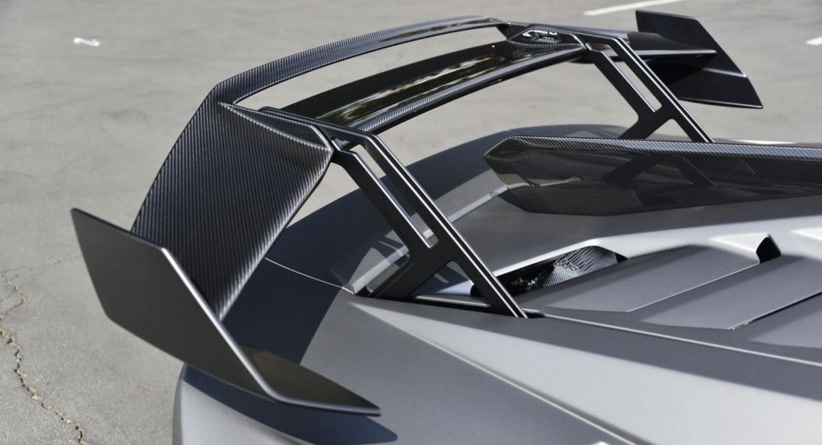 Ngoài ra, những chi tiết màu đen nhám và vật liệu bằng sợi carbon cũng giúp chiếc Lamborghini Huracan STO này tăng thêm vẻ thẻ thao gồm: Gương chiếu hậu, cánh gió sau, vây cá mập, vòm mui và khe gió trên vòm bánh trước. Bộ kẹp phanh màu vàng cũng là điểm nhấn đặc biệt ở bên ngoài.