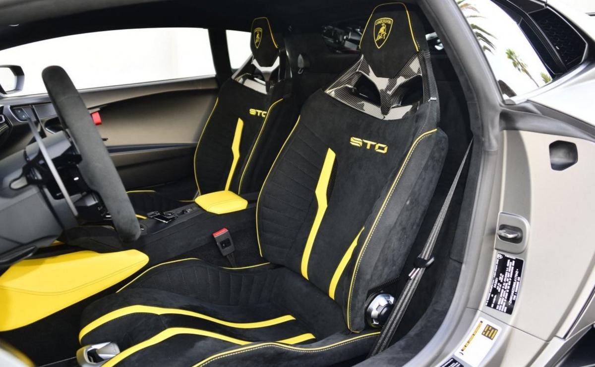 Nội thất xe nổi bật với các chi tiết màu vàng trên ghế, bệ tỳ tay, táp-lô, bảng điều khiển trung tâm...