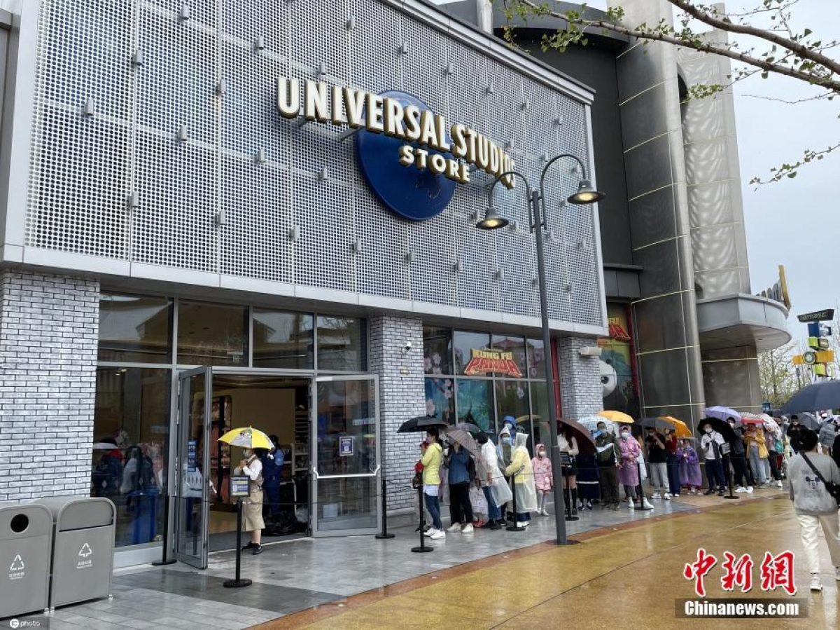 Mặc dù trời mưa trong ngày khai trương, nhưng vẫn không ngăn được dòng người đổ về công viên. Ảnh: Chinanews