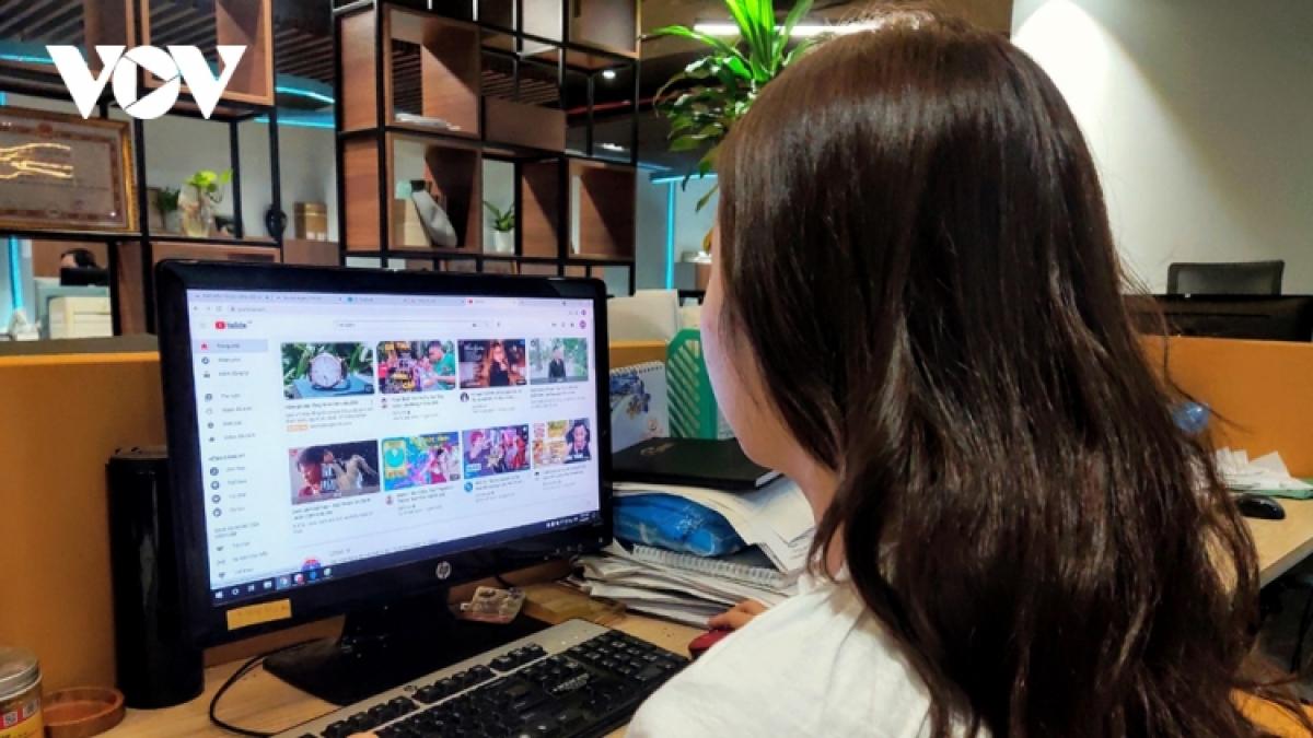 Người lao động có thể đăng ký nhận BHTN trực tuyến trong mùa dịch. (Ảnh minh họa)