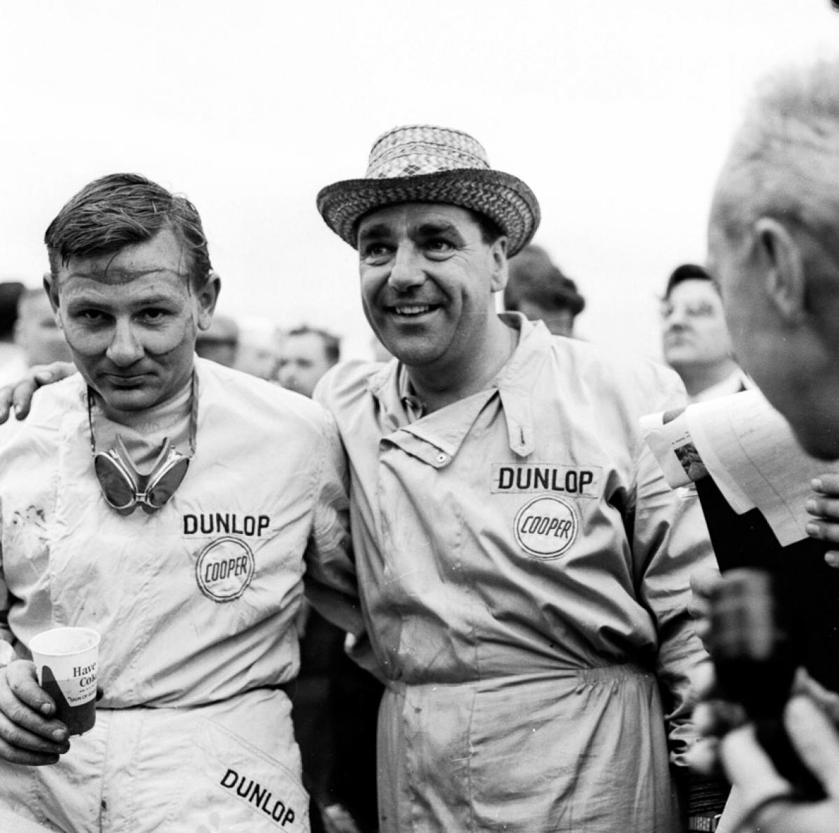 Bruce McLaren cùng với John Cooper trong thời khắc chiến thắng ông dành cho đội đua Cooper – đánh dấu nhà vô địch trẻ tuổi nhất thời điểm bấy giờ tại U.S Grand Prix 1959