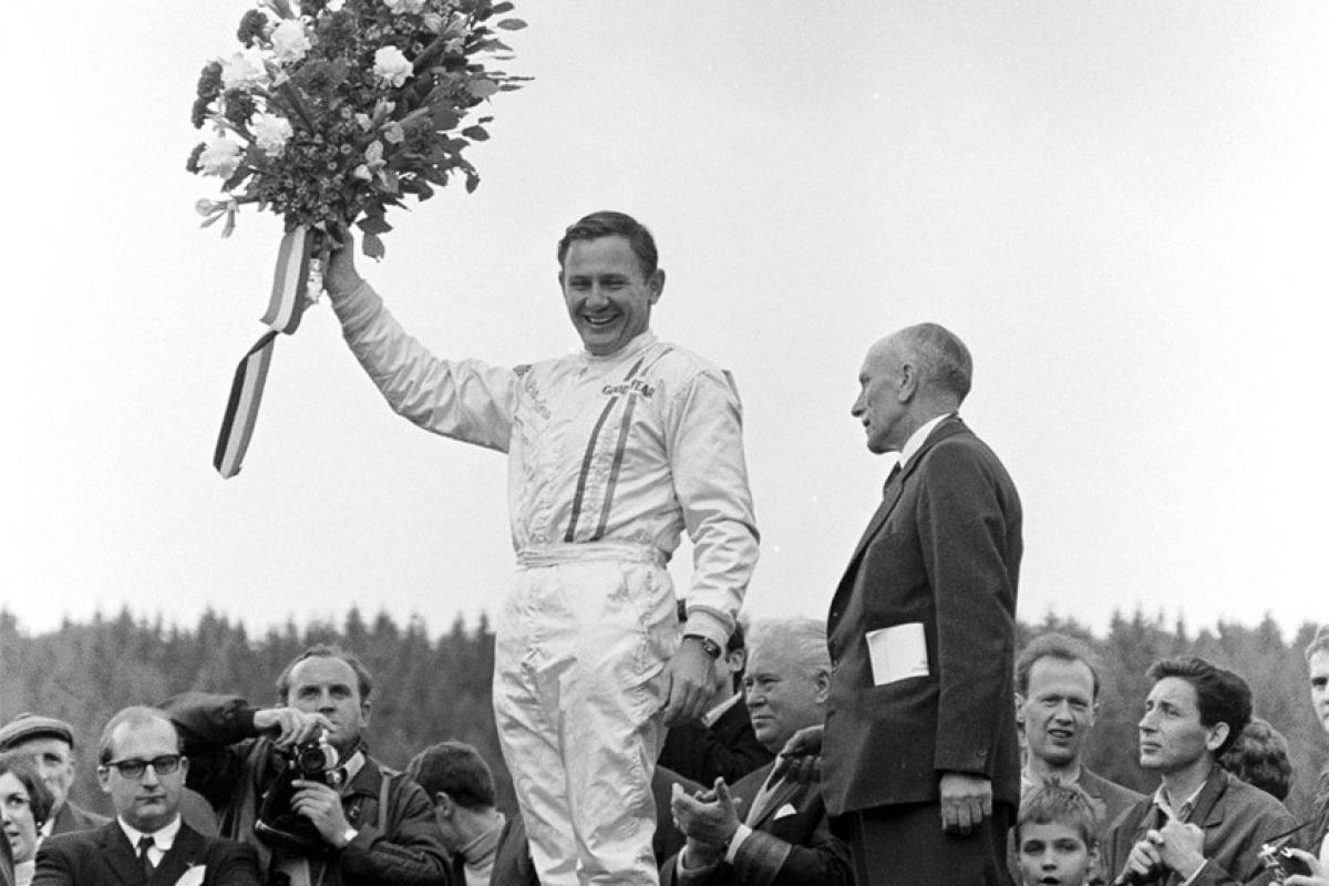 Bruce McLaren nhận giải chiến thắng đầu tiên với tư cách tay đua của đội McLaren Racing tại GP Belgian 1968 (Ảnh: Mclaren.com)