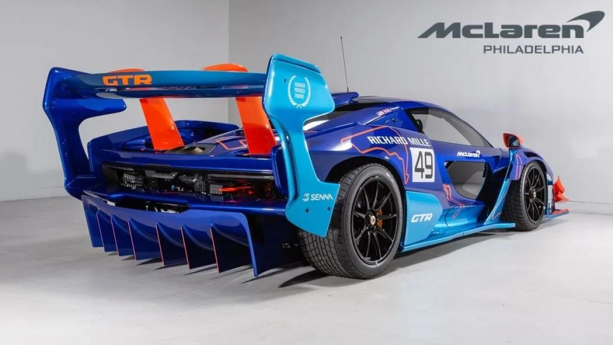 Ngoại thất của xe được hoàn thiện với hai tông màu xanh là Burton Blue và Ludus Blue, cùng với đó là các chi tiết tương phản màu cam đậm. Ngoài ra, xe còn được trang trí với họa tiết các đường đua ở khắp thân xe với sắc cam nhạt hơn.