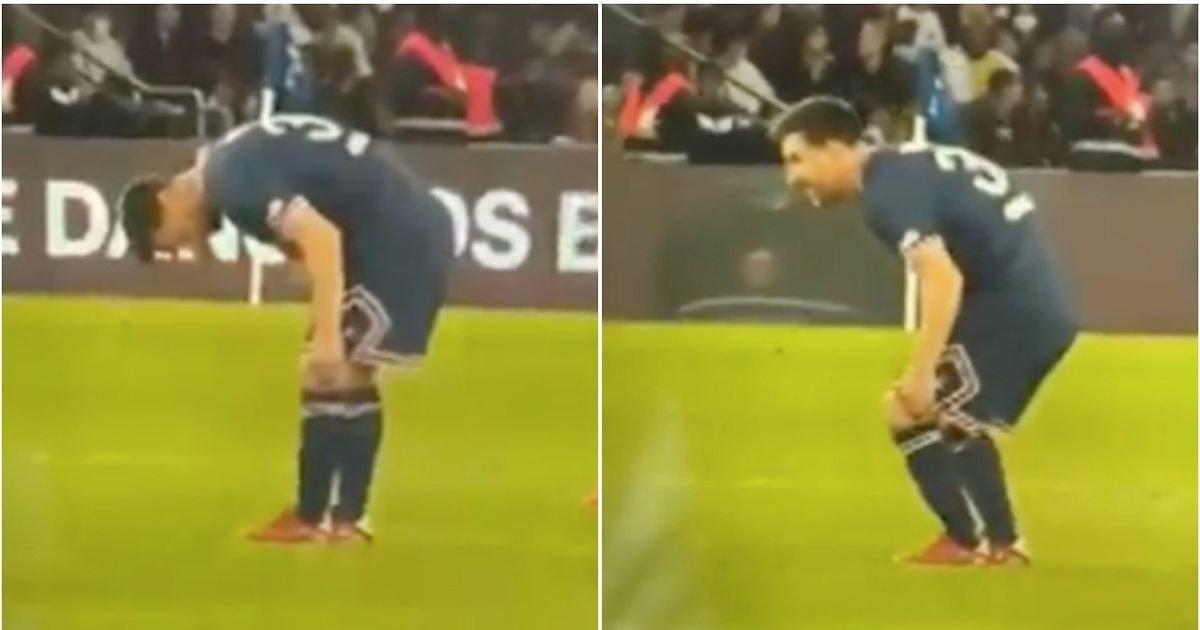Messi cúi xuống kiểm tra đầu gối trái trong trận PSG gặp Lyon