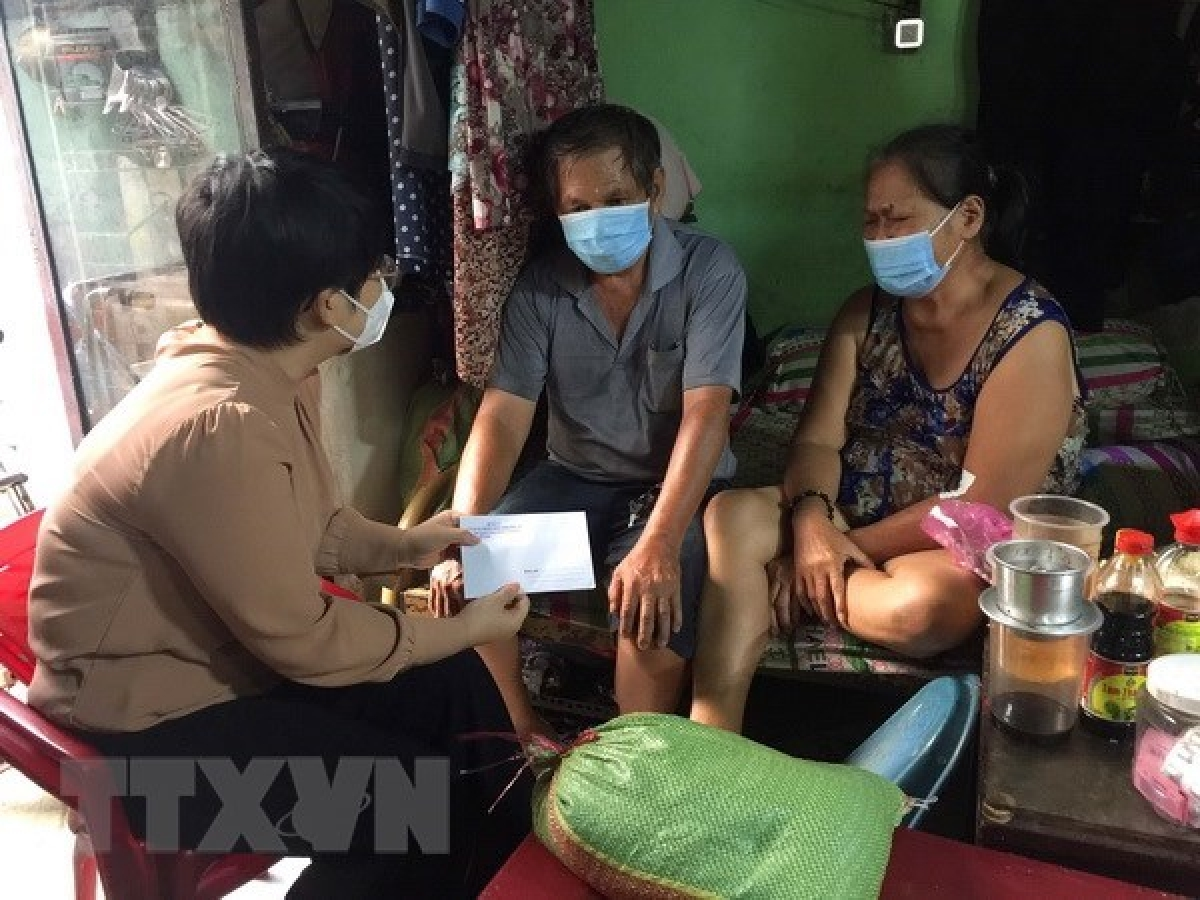 Handing over gifts to a family hit by COVID-19 in Ho Chi Minh City (Photo: VNA)