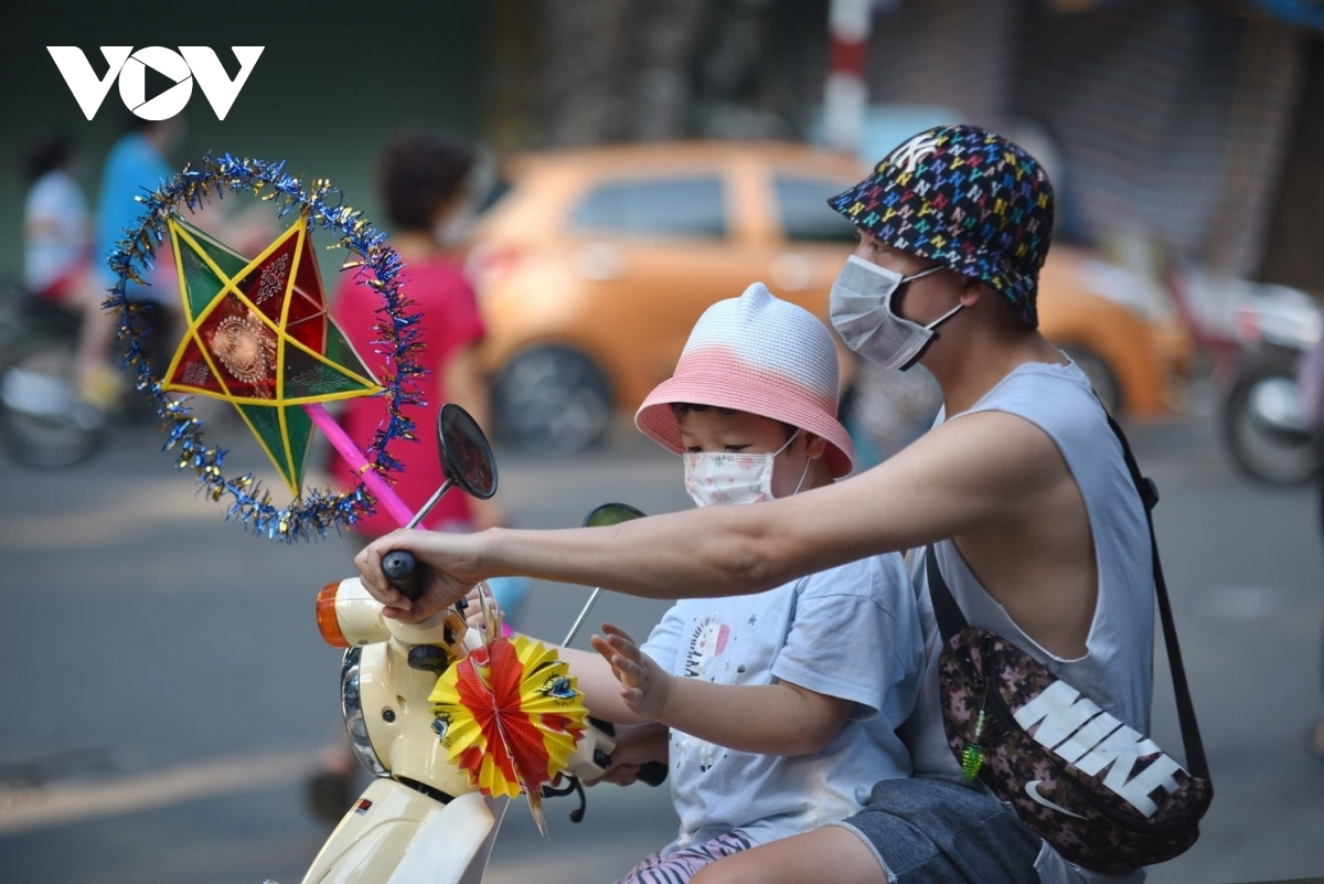 For children, the Mid-Autumn Festival or Full-moon Festival is an ideal occasion for them to parade long streets, singing and carrying colourful lanterns, or to attend a special party watching the moon rise in the night sky and enjoying moon cakes.