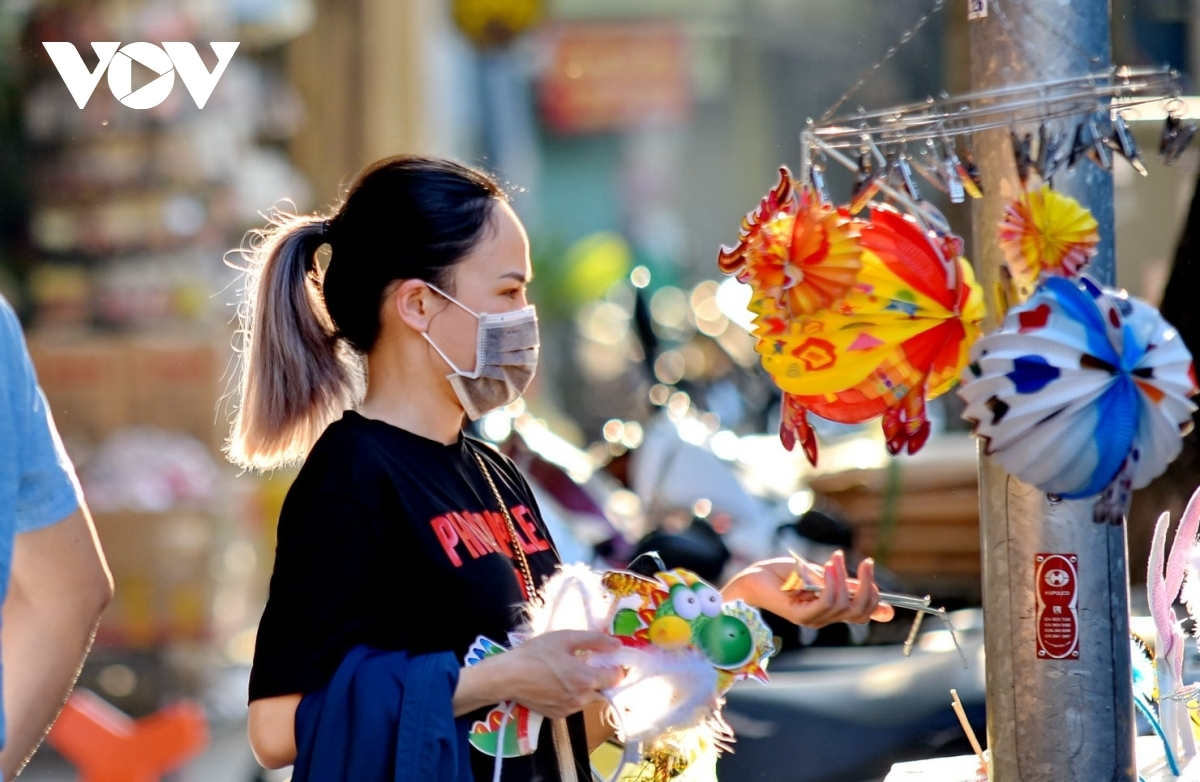 Several street markets selling festival stuff in Hanoi have been left deserted until the Hanoi municipal administration decided to ease social distancing one day ahead of the festival.