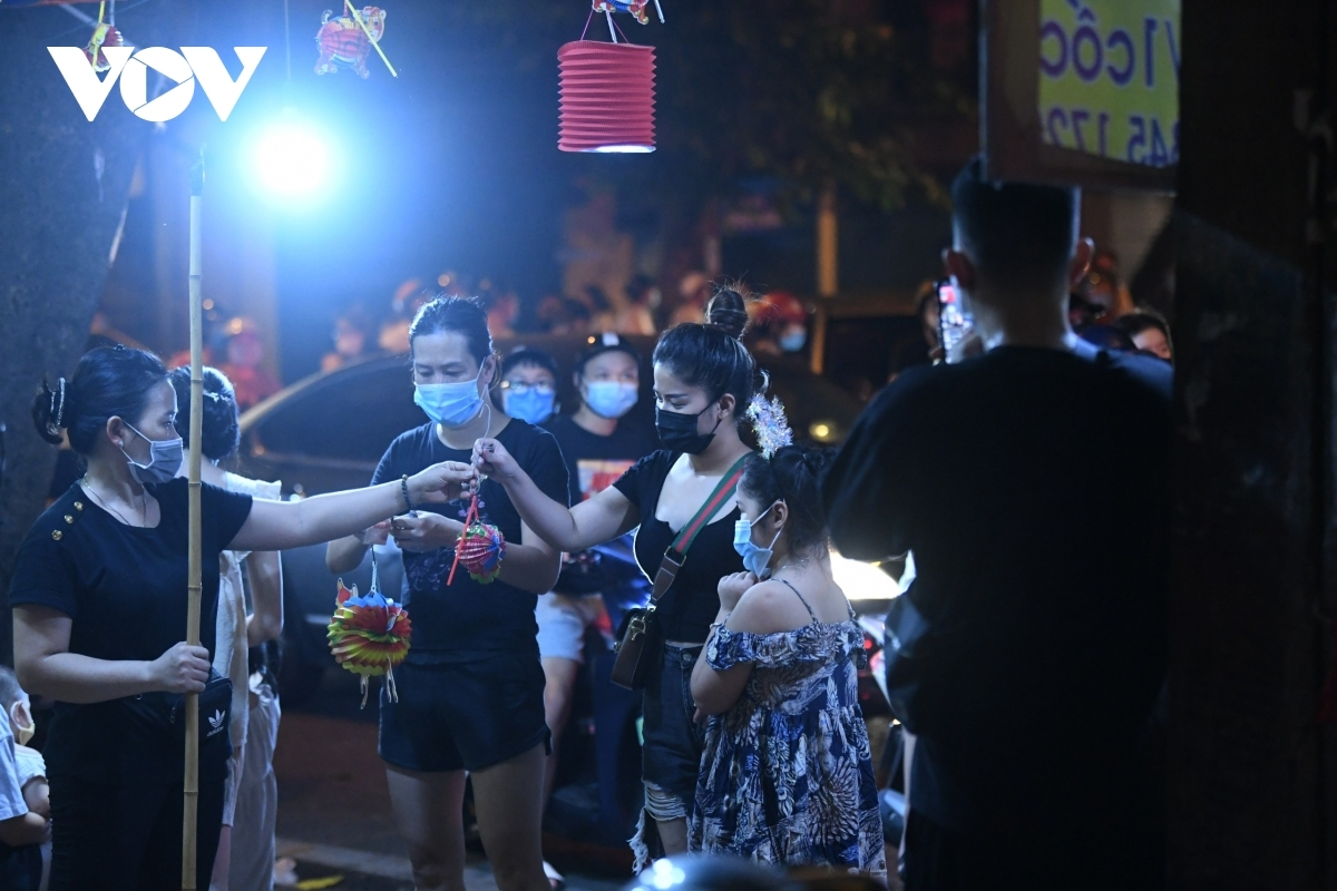 Many Hanoians pour out onto streets to buy festival assorted paper lanterns.
