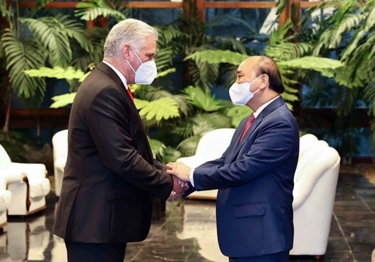First Secretary of theCommunist Party of CubaCentral Committee and President of CubaMiguel Díaz-Canel Bermúdez(L) welcomes Vietnamese PresidentNguyen Xuan Phuc in Havana on September 19 (local time) (Photo: VNA)