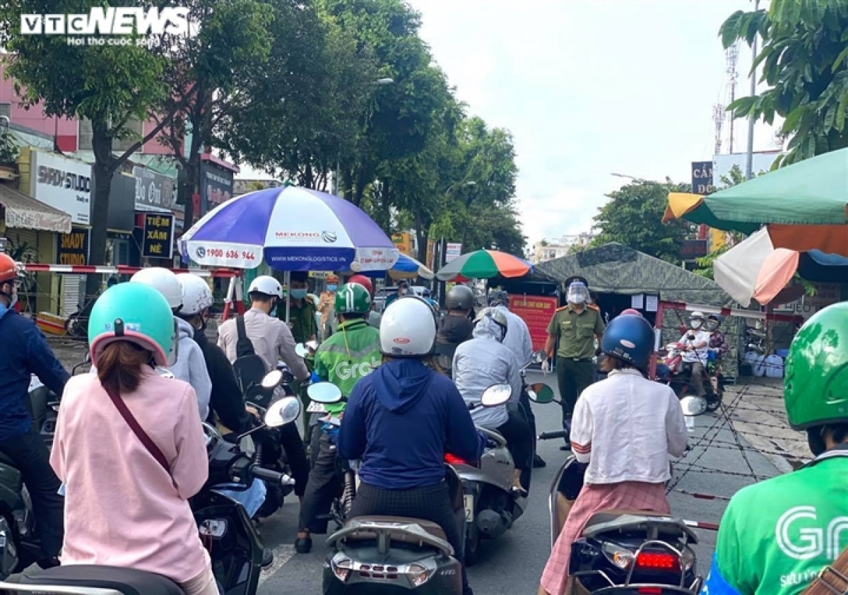The authorities of Ho Chi Minh City allow food and beverage services to operate from 6 a.m. to 6 p.m. daily with take-away services. This helps bakery stores earn a little extra profit as the Mid-Autumn Festival comes near.