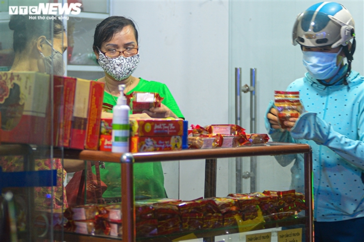 A store owner says mooncakes prices have now risen by 10% compared to last year due to increasing expenses relating to materials, workers, and delivery services. In addition, the revenue this year drops sharply against previous years due to the negative impact of the COVID-19 pandemic.