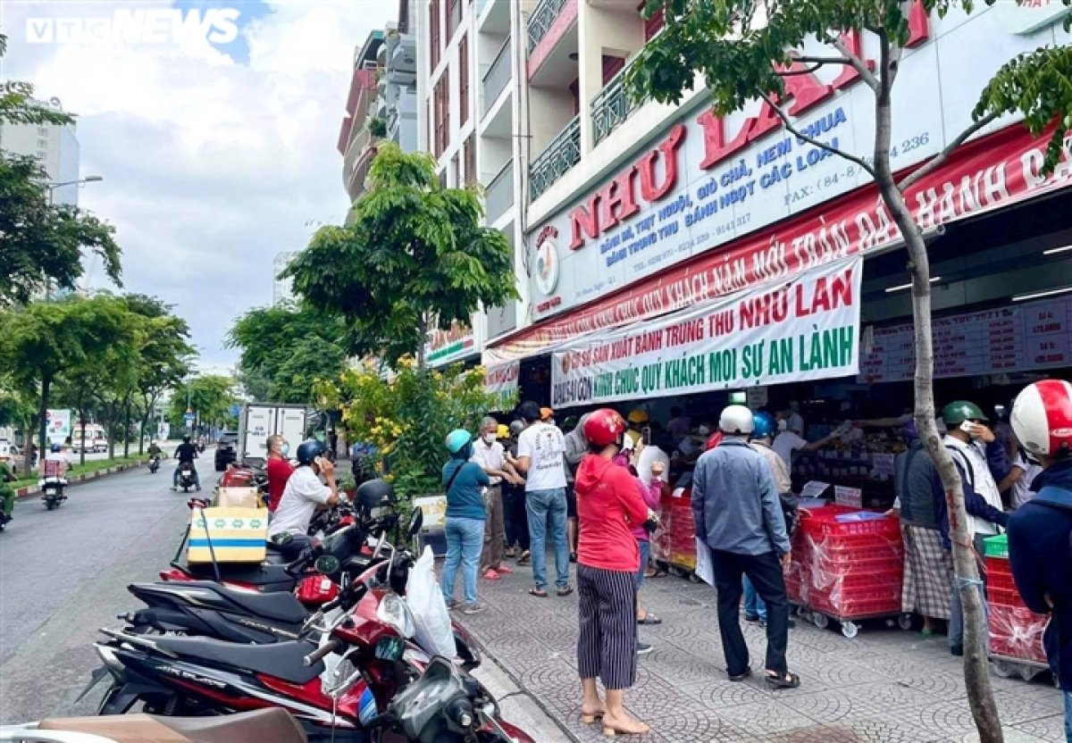 """Many roads in Ho Chi Minh City become crowded once again after local authorities allow the use of """"COVID-19 green cards"""" in some areas, with some services permitted to operate again."""
