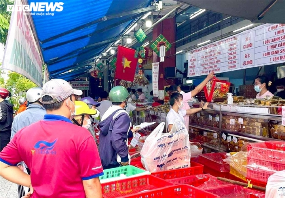Locals pack Nhu Lan bakery in District 1 as they prepare mooncakes for the upcoming Mid-Autumn Festival on September 16.