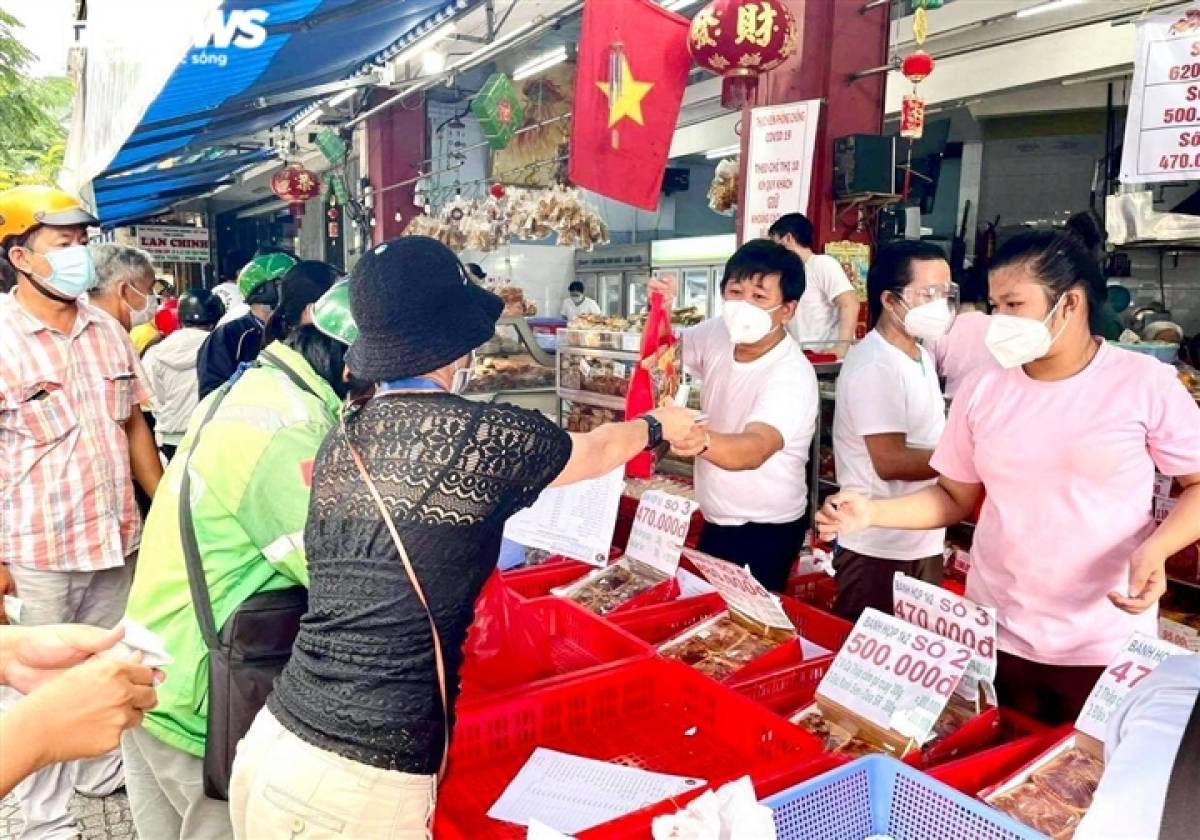 The prices of mooncakes remain unchanged, ranging from between VND75,000 and VND265,000 each.