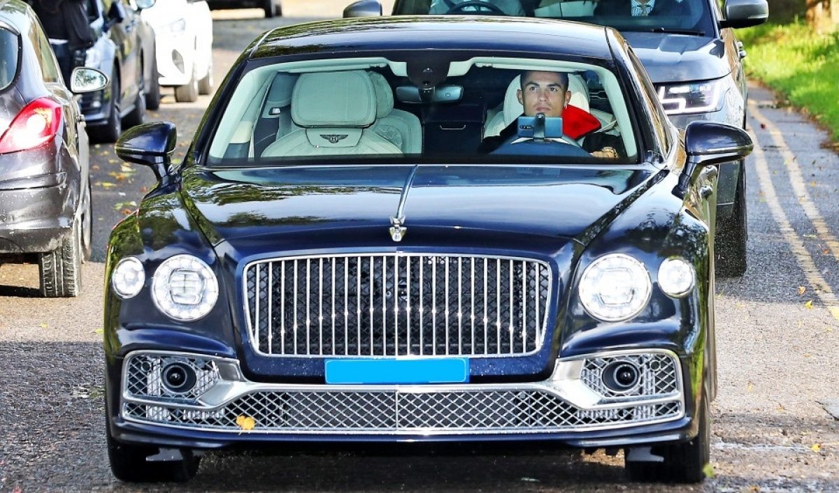 Tại Anh quốc, Bentley Flying Spur có giá khoảng 250.000 bảng (343.026 USD). Chiếc xe của Ronaldo có thể là bản V8. Xe được trang bị động cơ tăng áp kép V8 4.0L, sản sinh công suất 550 mã lực và mô-men xoắn 770 Nm tại 2.000 vòng/phút.