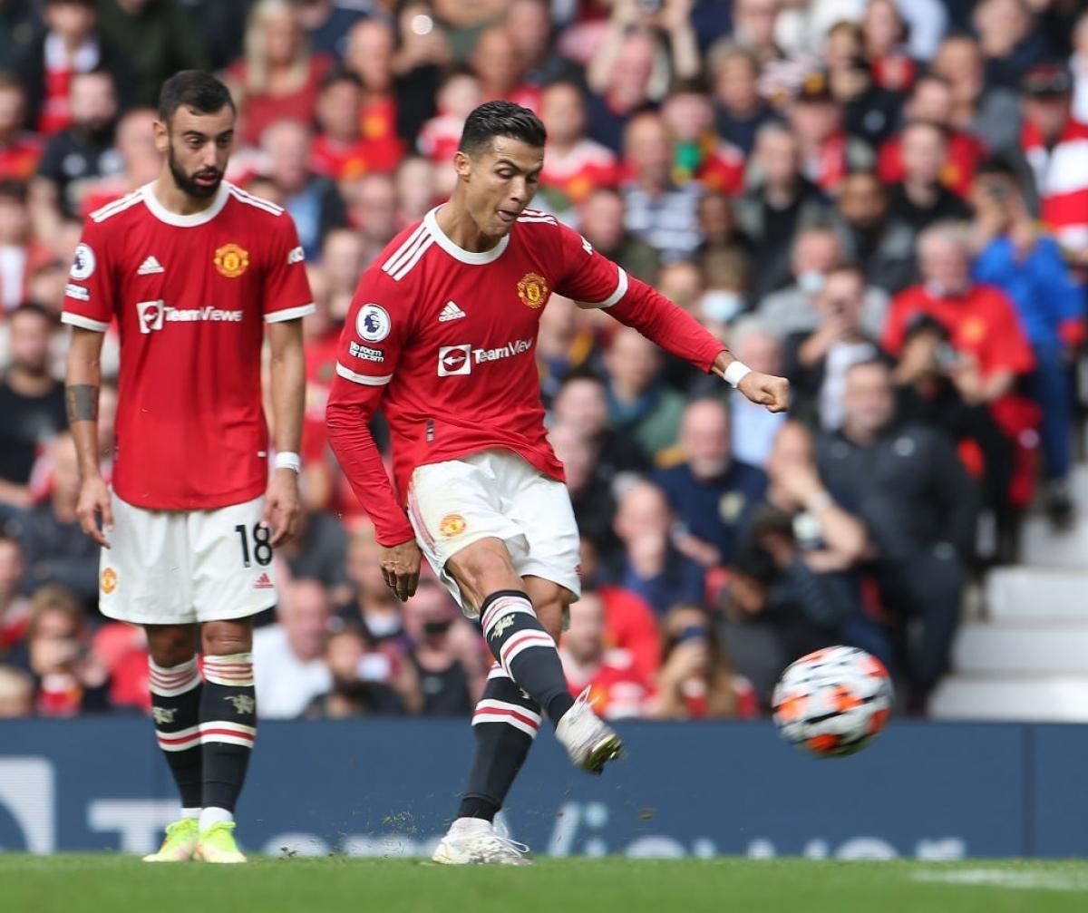 Bruno Fernandes và Cristiano Ronaldo thay nhau thực hiện những cú sút phạt của MU. (Ảnh: Getty)