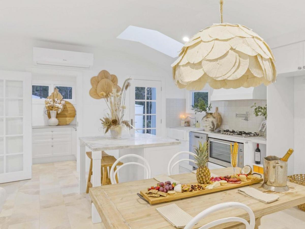 Gần như không thể nhận ra không gian tinh tế, sạch sẽ, thẩm mỹ của căn bếp sau khi cải tạo.