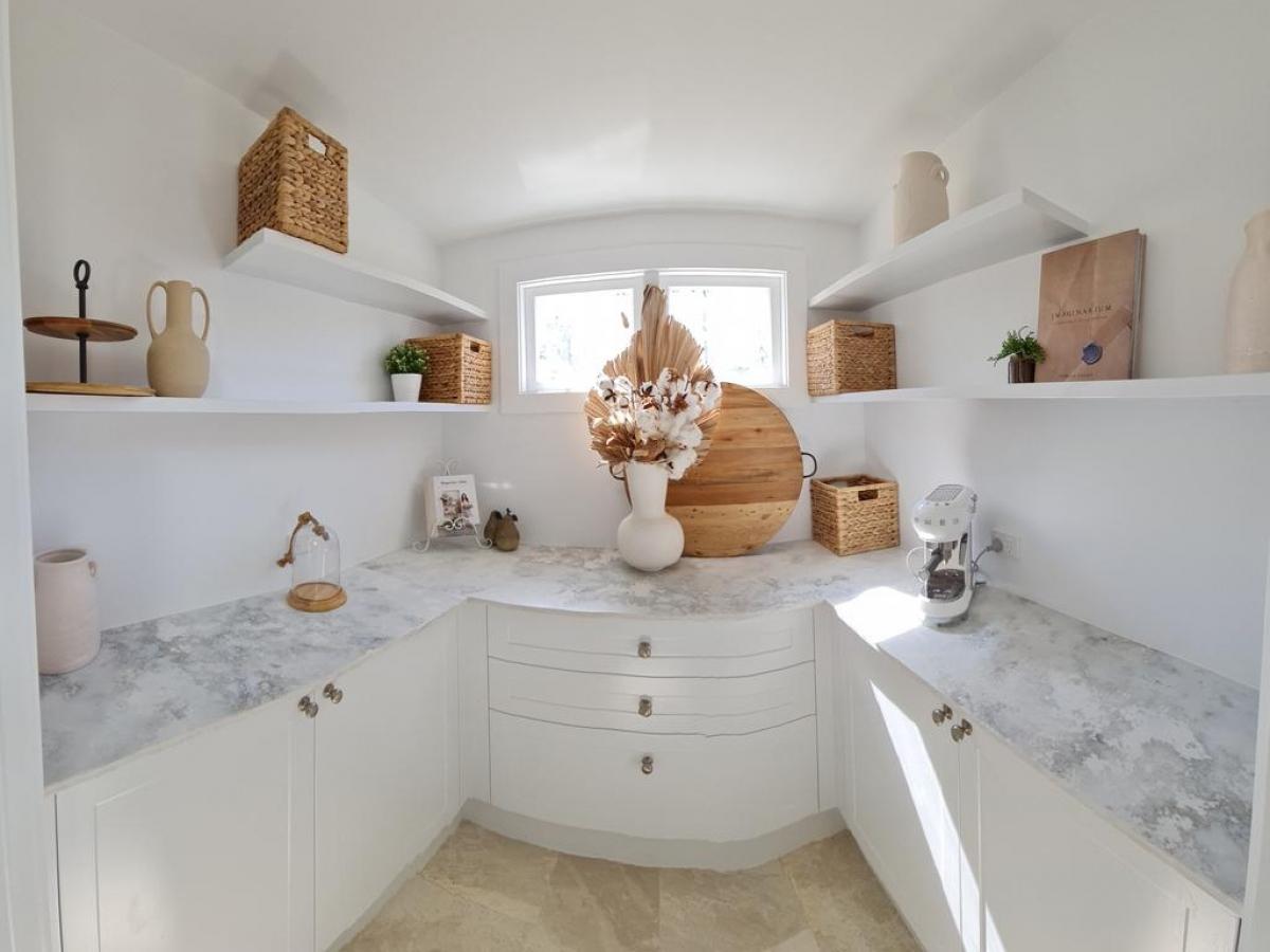 Nhà gỗ được sử dụng tone trắng làm chủ đạo, với những món đồ trang trí tone gỗ nổi bật.