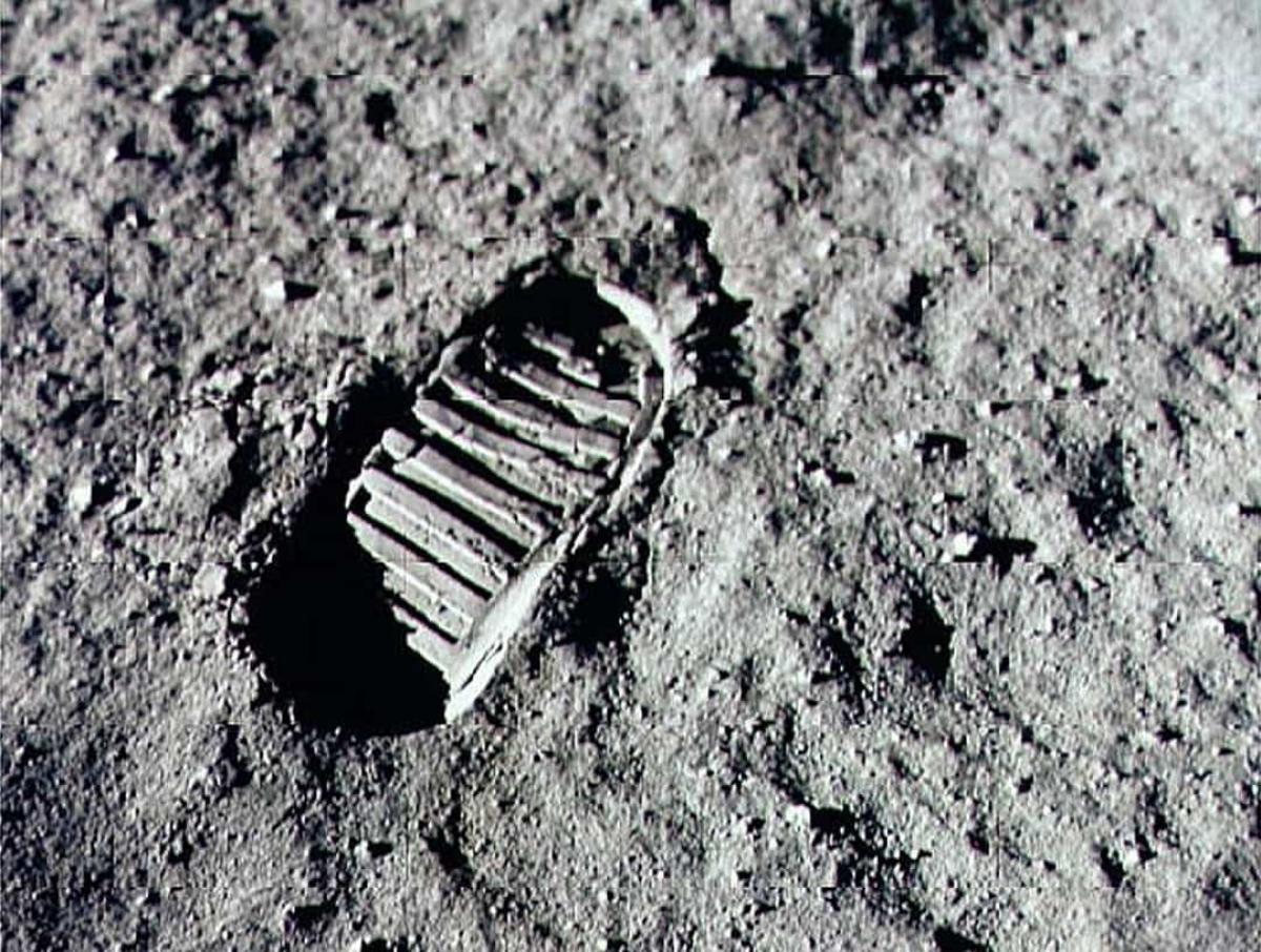 Phi hành gia Neil Armstrong là người đầu tiên đặt chân lên Mặt Trăng vào ngày20/7/1969. Trong ảnh:Dấu giày đầu tiên của con người trên bề mặt Mặt Trăng.