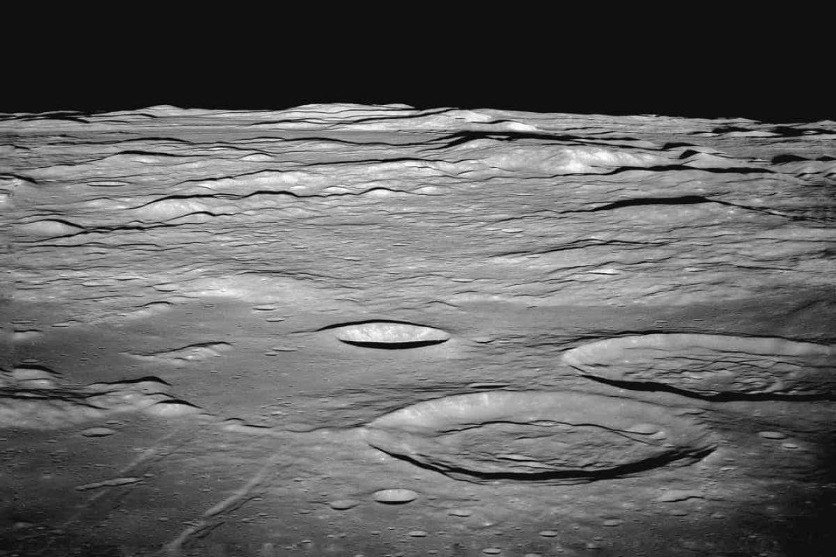 Mặc dù một số hợp chất hữu cơ phi sinh học đã được tìm thấy trên Mặt Trăng, nhưng cho đến nay vẫn chưa có vi sinh vật nào được tìm thấy để chứng minh khả năng tồn tại sự sống trên vệ tinh tự nhiên này.