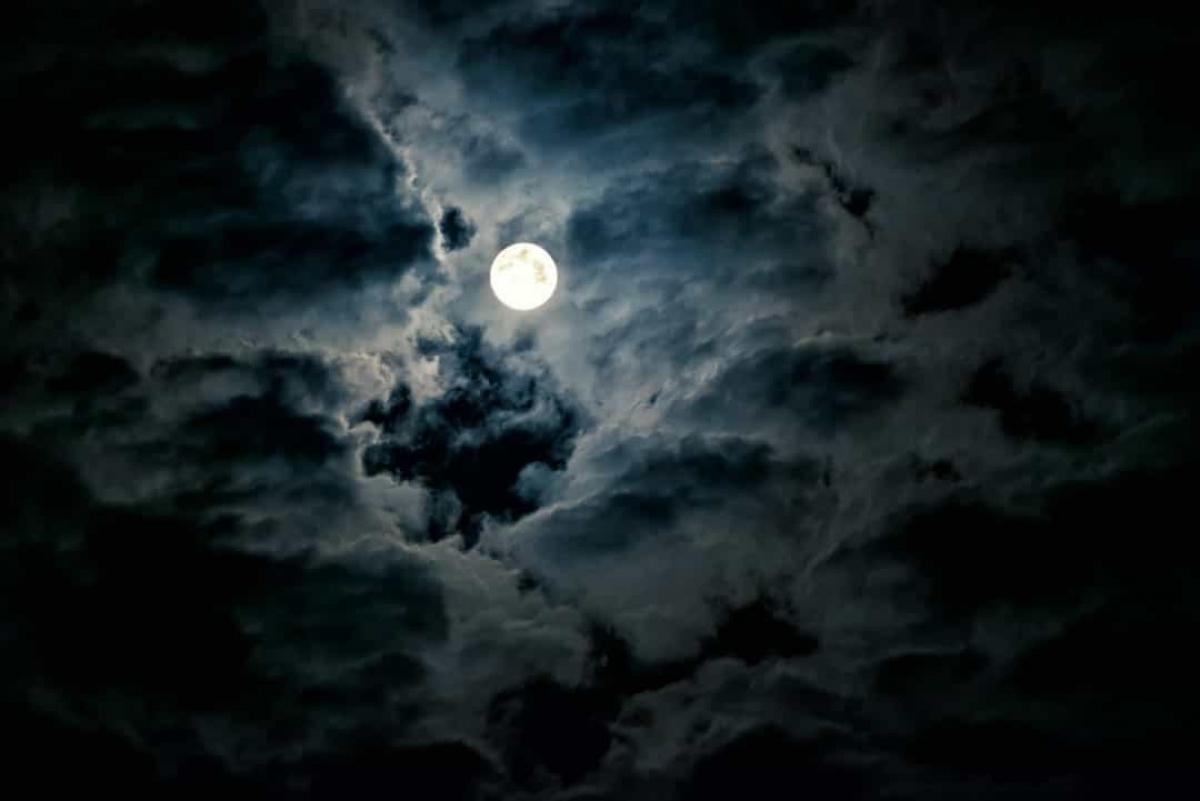 Mặt Trăng đang co lại. Sau khi phân tích dữ liệu về các trận động trăng, các nhà khoa học phát hiện ra rằng một phần hoạt động địa chấn của nó bắt nguồn từ sự co lại của lớp vỏ Mặt Trăng do dưới tác dụng của nhiệt độ trong lòng lạnh đi. Điều này đã làm Mặt Trăng co lại khoảng 45m trong vài trăm triệu năm qua.