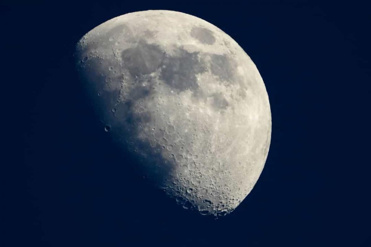 Năm 2009, dữ liệu từ tàu trinh sát quỹ đạo Mặt Trăng của NASA xác nhận rằng có nước trên Mặt Trăng. Năm 2020, Đài quan sát thiên văn hồng ngoại trên tầng bình lưu (SOFIA) đã tìm thấy thêm bằng chứng về nước trên Mặt Trăng, lần này là ở phía có ánh sáng Mặt Trời.