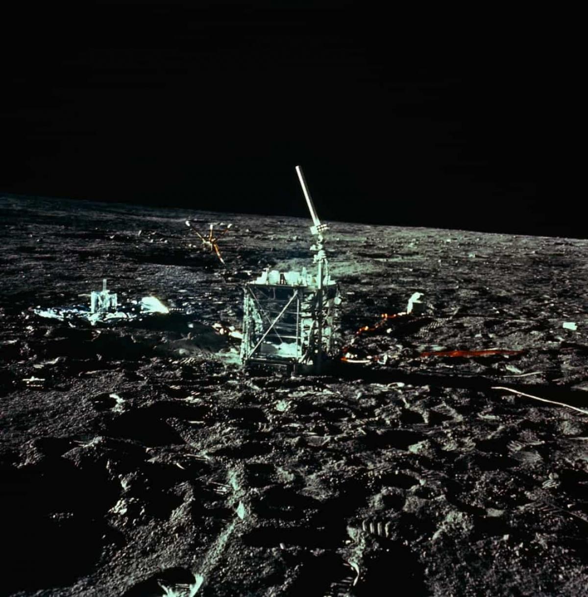 """Mặt Trăng rung chuyển rất nhiều. Các máy đo địa chấn được đặt trên bề mặt của Mặt Trăng để theo dõi hoạt động địa chấn. Kết quả cho thấy những trận """"động trăng"""" (moonquakes) thường xuyênxảy ra.Không giống như những trận động đất kéo dài trung bình trong 30 giây trên Trái Đất, các trận động trăng có thể kéo dài tới 10 phút."""