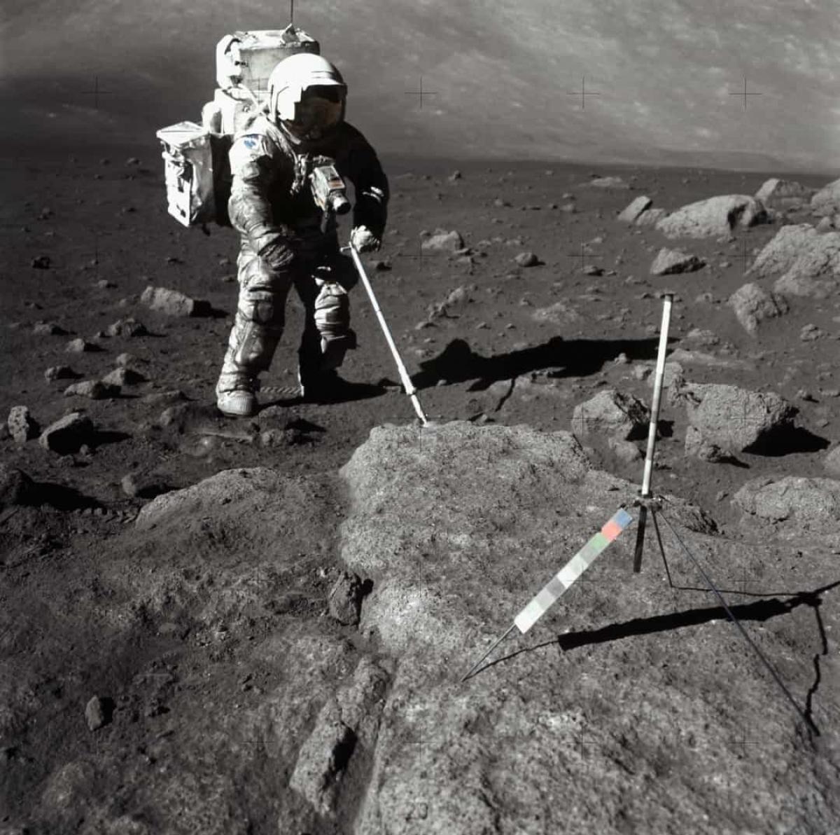 Bề mặt của Mặt Trăng là chất rắn.Sau khi phân tích các mẫu vật tìm thấy trên Mặt Trăng, các nhà nghiên cứu xác định rằng bề mặt của Mặt Trăng được tạo thành từ hỗn hợp bụi và đá.