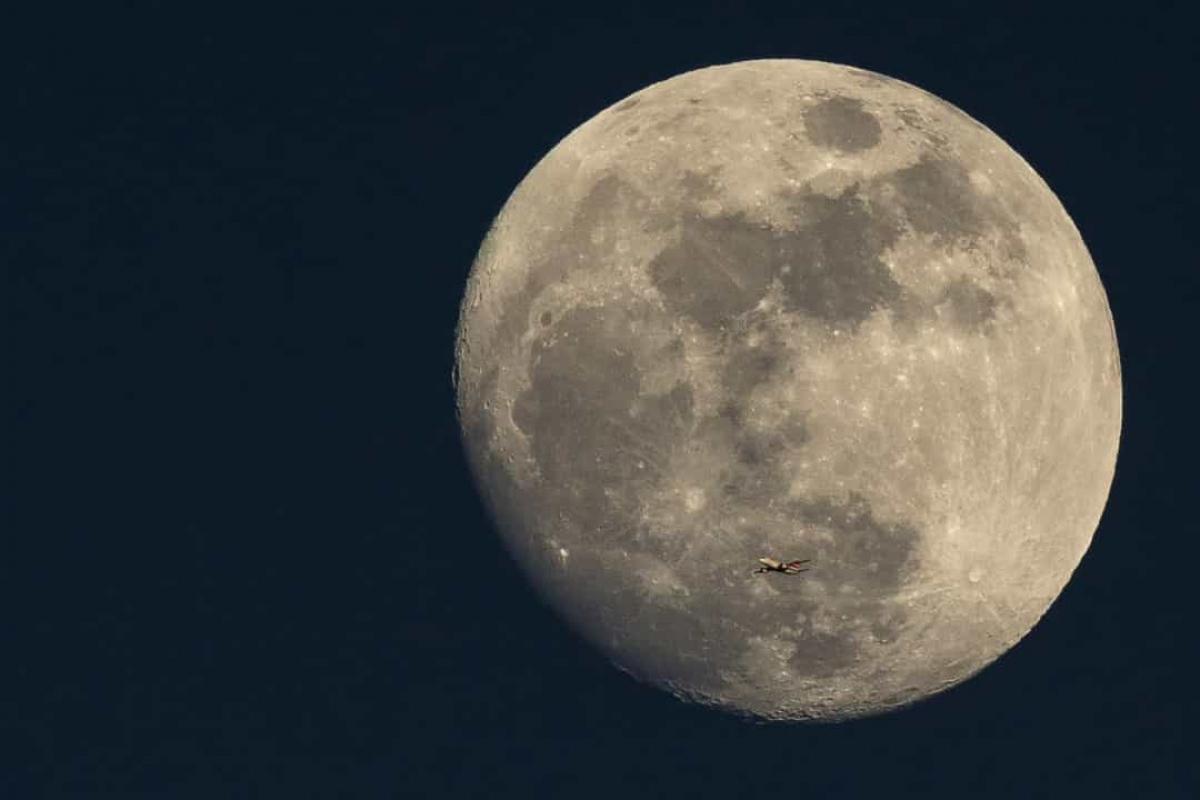 Mặt Trăng không hoàn toàn tròn.Trên thực tế, Mặt Trăng không đối xứng. Khi nhìn bằng mắt thường, Mặt Trăng có vẻ đẹp tròn trịa, nhưng thực ra nó không hoàn toàn như vậy. Lực hấp dẫn của Trái Đất có thể là nguyên nhân gây ra sự không đối xứng của Mặt Trăng.