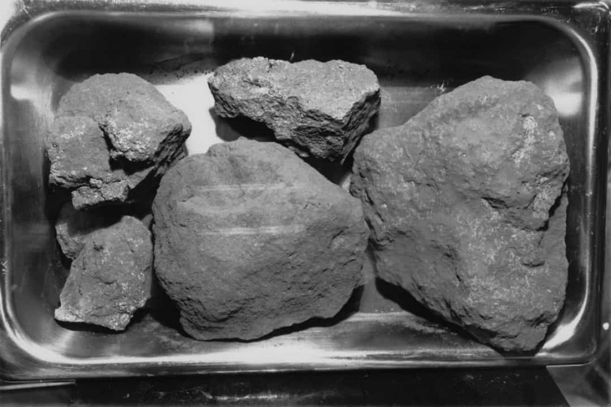 Đá trên Mặt Trăng được hình thành ở nhiệt độ cao và không có nước. Có 3 loại đá chủ yếu trên Mặt Trăng là đá bazan, đá anorthosites và đá thạch anh. Tất cả đều được hình thành mà không có nước, không giống như một số loại đá trên Trái Đất như đá vôi.