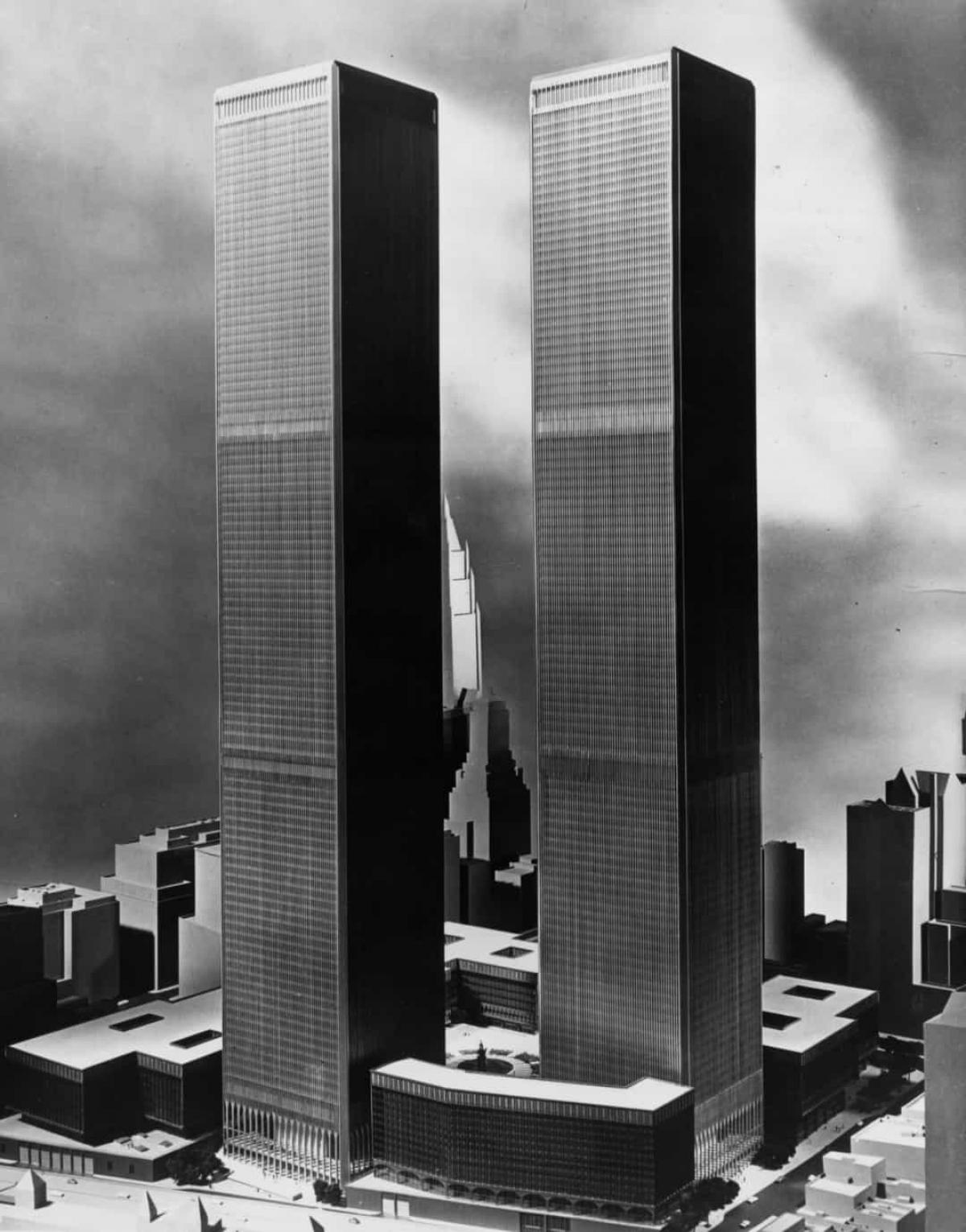 Hầu hết các tòa nhà cao tầng ở New York được xây dựng bằng cách xếp chồng kính và thép, nhưng ông Yamasaki đã đề xuất một thiết kế gồm 2 ống rỗng được bao quanh các cột thép. Các giàn trên mỗi tầng kết nối các cột này với lõi trung tâm của tòa nhà.