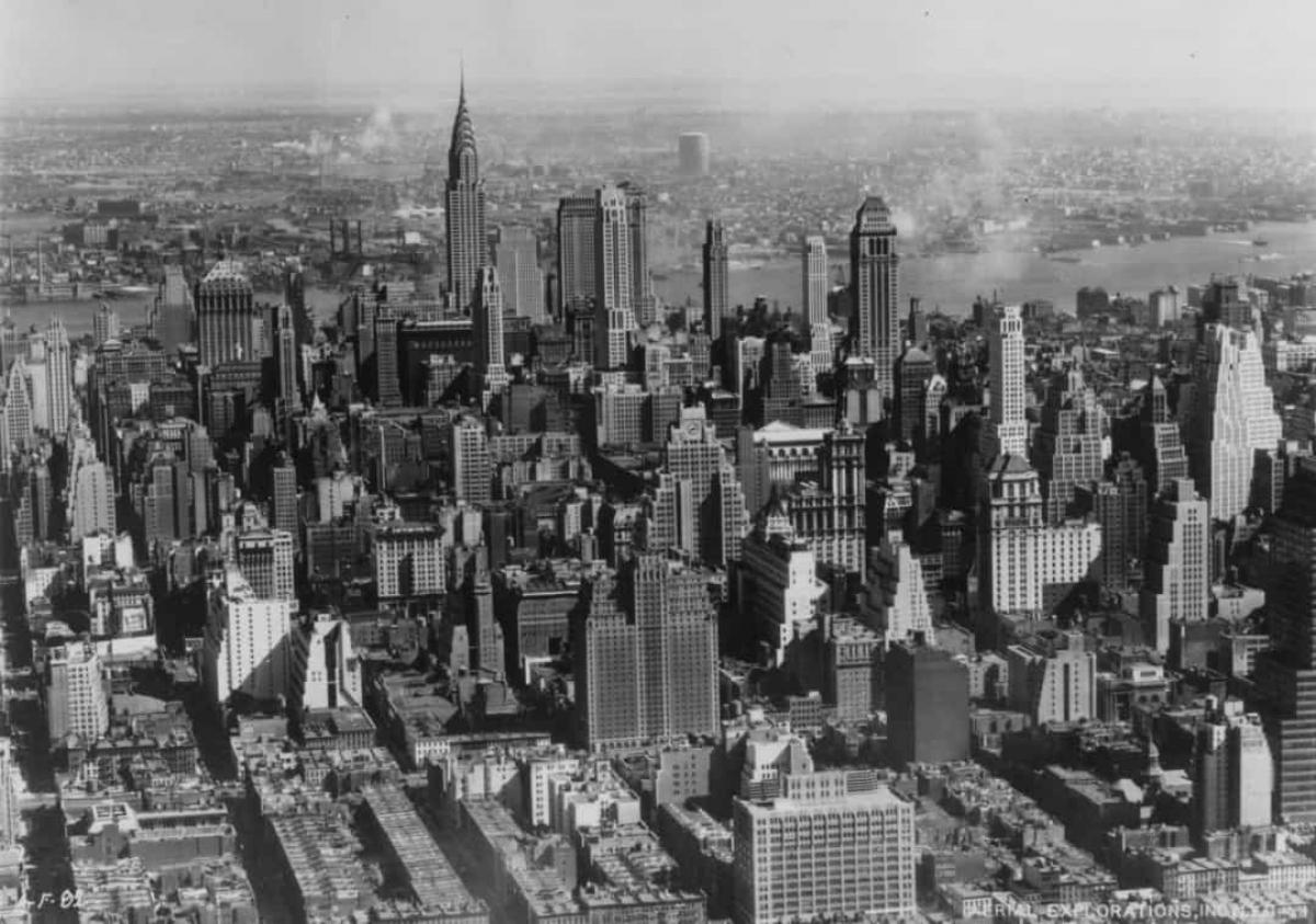 Năm 1959, ông Rockefeller thành lập Hiệp hội Downtown-Lower Manhattan và đưa ra kế hoạch xây dựng trị giá 250 triệu USD. Hiệp hội đặt niềm tin rằng Trung tâm Thương mại Thế giới sẽ vượt qua Tòa nhà Empire State để trở thành tòa nhà cao nhất thế giới. Kiến trúc sư người Mỹ Minoru Yamasaki được thuê để thiết kế hai tòa nhà, mỗi tòa nhà 110 tầng.