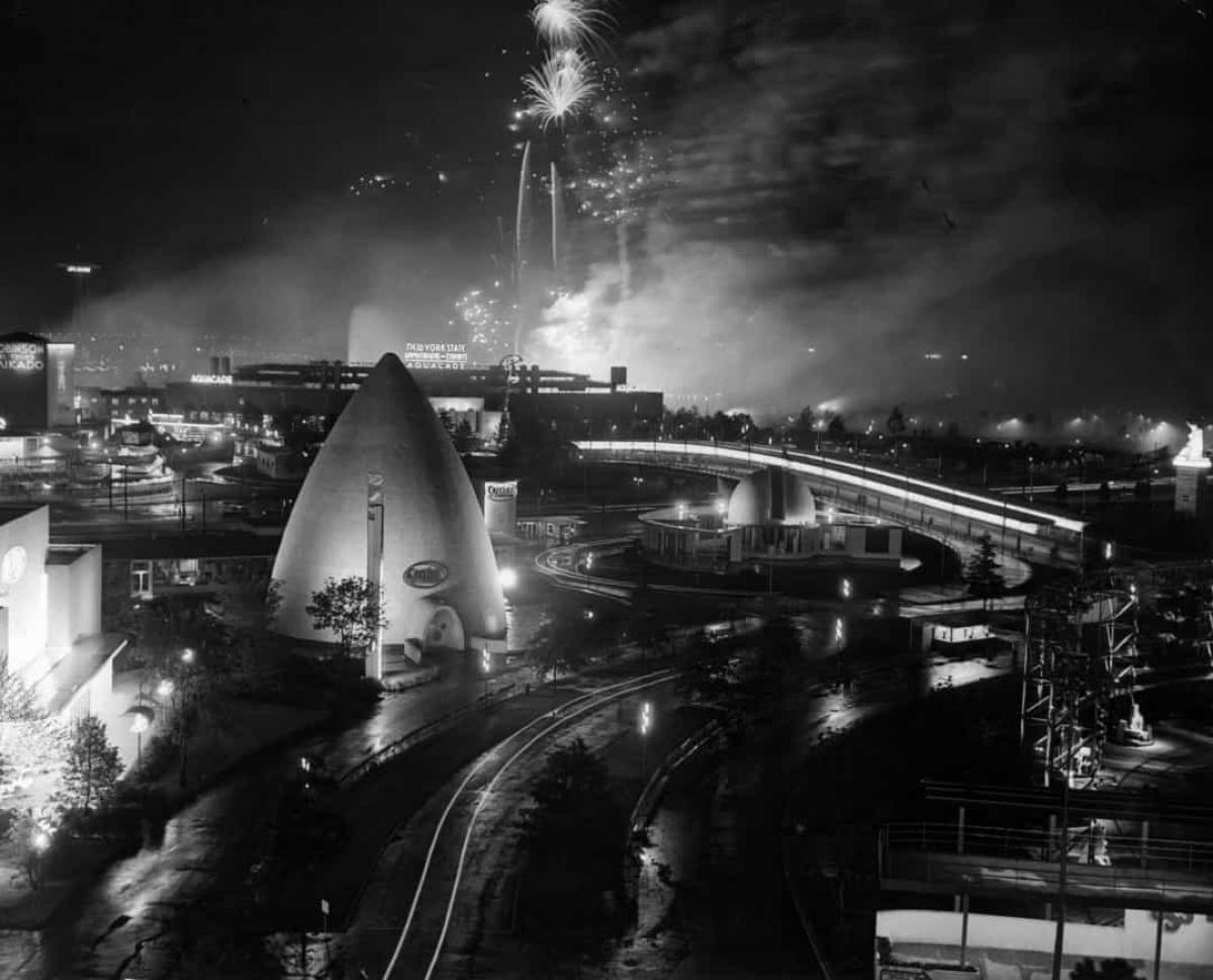 Ý tưởng về Trung tâm Thương mại Thế giới lần đầu tiên ra đời tại Hội chợ Thế giới năm 1939 ở New York, Mỹ. Một dự án được trưng bày tại hội chợ đã trình bày ý tưởng về hòa bình thế giới thông qua thương mại, và một trong những nhà tổ chức của triển lãm, Winthrop W. Aldrich đã đề xuất một Trung tâm Thương mại Thế giới tại thành phố New York.