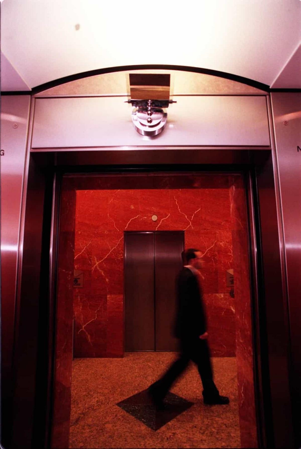 Mỗi tòa tháp có 97 thang máy chở khách và mỗi thang máy có tải trọng lên tới 4.535kg.