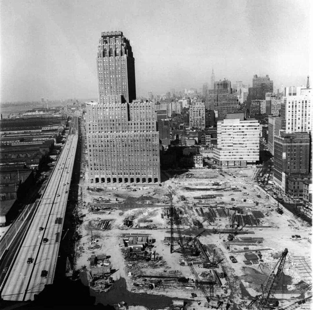 Để xây dựng trên địa điểm đã chọn ở Manhattan, các kỹ sư phải đào móng sâu 21m. Sau đó, họ thả một lồng thép cao 7 tầng nặng khoảng 22 tấn vào lỗ và đổ bê tông để tạo móng cho tòa nhà.Vật liệu được sử dụng để xây dựng tòa nhà bao gồm 200.000 miếng thép, 4.828 km dây điện, 324.936 m3 bê tông, 40.000 cửa ra vào, 43.600 cửa sổ và 6 mẫu đá cẩm thạch.
