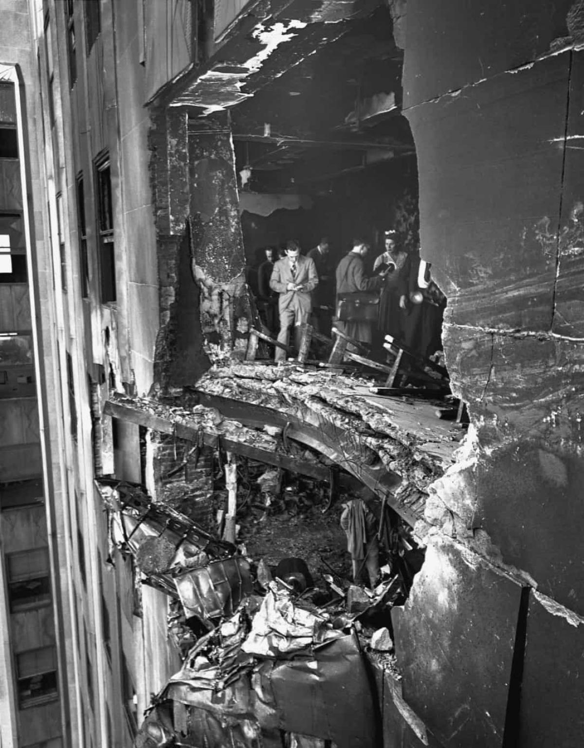 Việc xây dựng tòa nhà bắt đầu vào năm 1967, sau sự phản đối và chỉ trích lớn từ các nhân vật quyền lực của New York. Họ cho rằng không thể xây dựng một tòa nhà như vậy một cách an toàn. Sự phản đối này đến từ sự cố một chiếc máy bay nhỏ đã đâm vào Tòa nhà Empire State vào năm 1945 do sương mù dày đặc. Nhiều người lo sợ rằng một sự cố tương tự sẽ xảy ra với tòa tháp đôi trong điều kiện thời tiết xấu. Trước rủi ro này, Trung tâm Thương mại Thế giới được xây dựng có thể chịu được va chạm với một chiếc máy bayBoeing707, chiếc máy bay lớn nhất vào thời điểm đó.