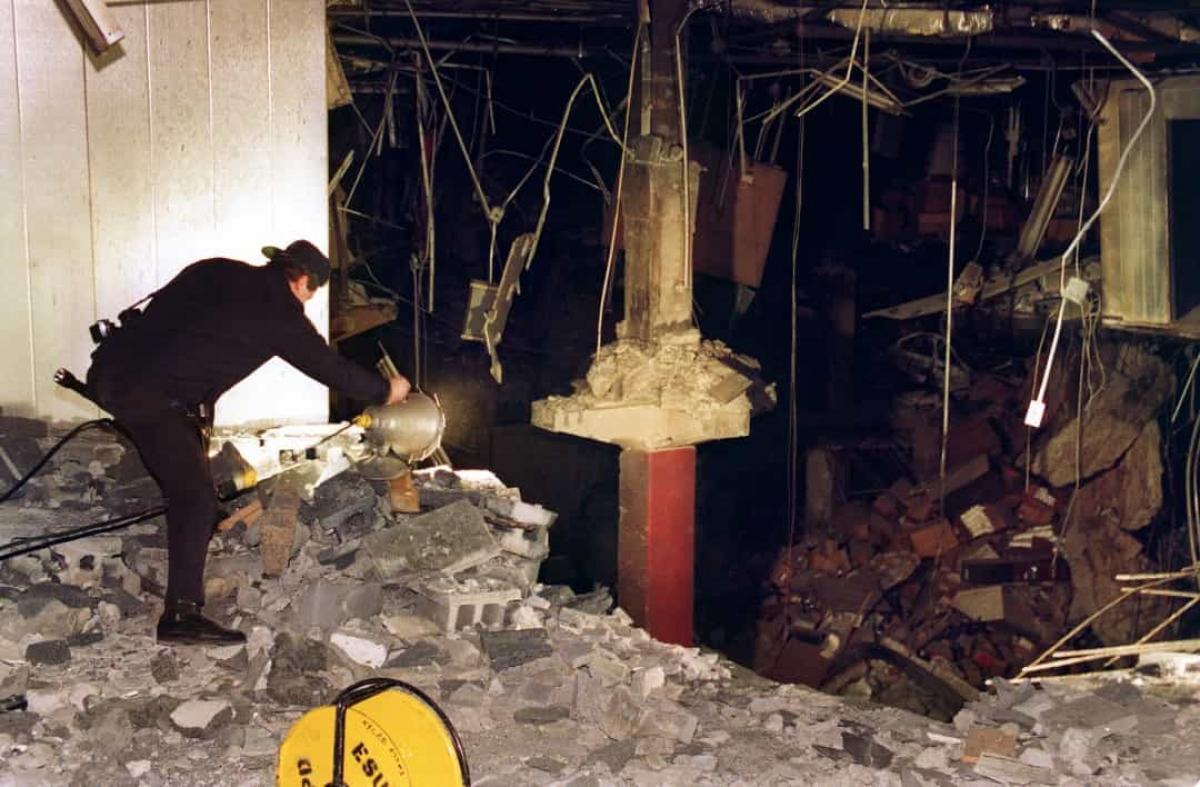 Thảm kịch lớn đầu tiên xảy ra tại Trung tâm Thương mại Thế giới là vào năm 1993.Ngày26/2/1993, một xe tải chở bom đỗ dưới bãi đậu xe của tòa nhà đã nổ tung. Vụ tấn công khiến 6 người thiệt mạng và hơn 1.000 người bị thương.Vụ nổ gây thiệt hại 600 triệu USD, nhưng tòa nhà vẫn duy trì được tính toàn vẹn về cấu trúc. Sau vụ tấn công 20 ngày, Trung tâm Thương mại Thế giới đã được mở lại với các biện pháp an ninh mới.