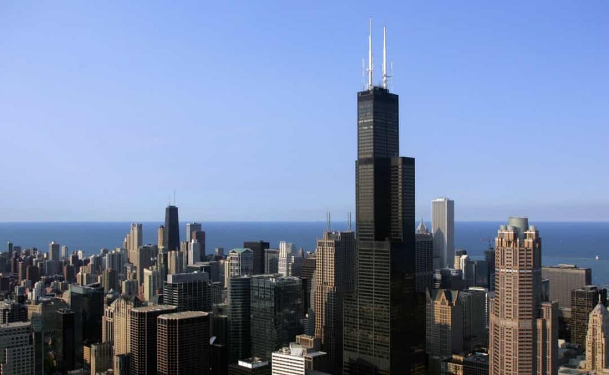 Hai tòa tháp của Trung tâm Thương mại Thế giới cao 415m. Trong vòng chưa đầy 1 năm sau khi khánh thành, đây là tòa nhà cao nhất thế giới. Sau đó, tòa tháp Sears ở Chicago được hoàn thành cùng năm 1973, đánh bại kỷ lục của Trung tâm Thương mại Thế giới với độ cao 442m. Dùkhông phải là tòa nhà cao nhất thế giới trong thời gian dài, Trung tâm Thương mại Thế giới vẫn là một kỳ tích đáng kinh ngạc của con người. Quy mô đáng ngưỡng mộ của tòa nhà đã truyền cảm hứng cho các vận động viên nhào lộn và leo núi thực hiện các pha trình diễn mạo hiểm.