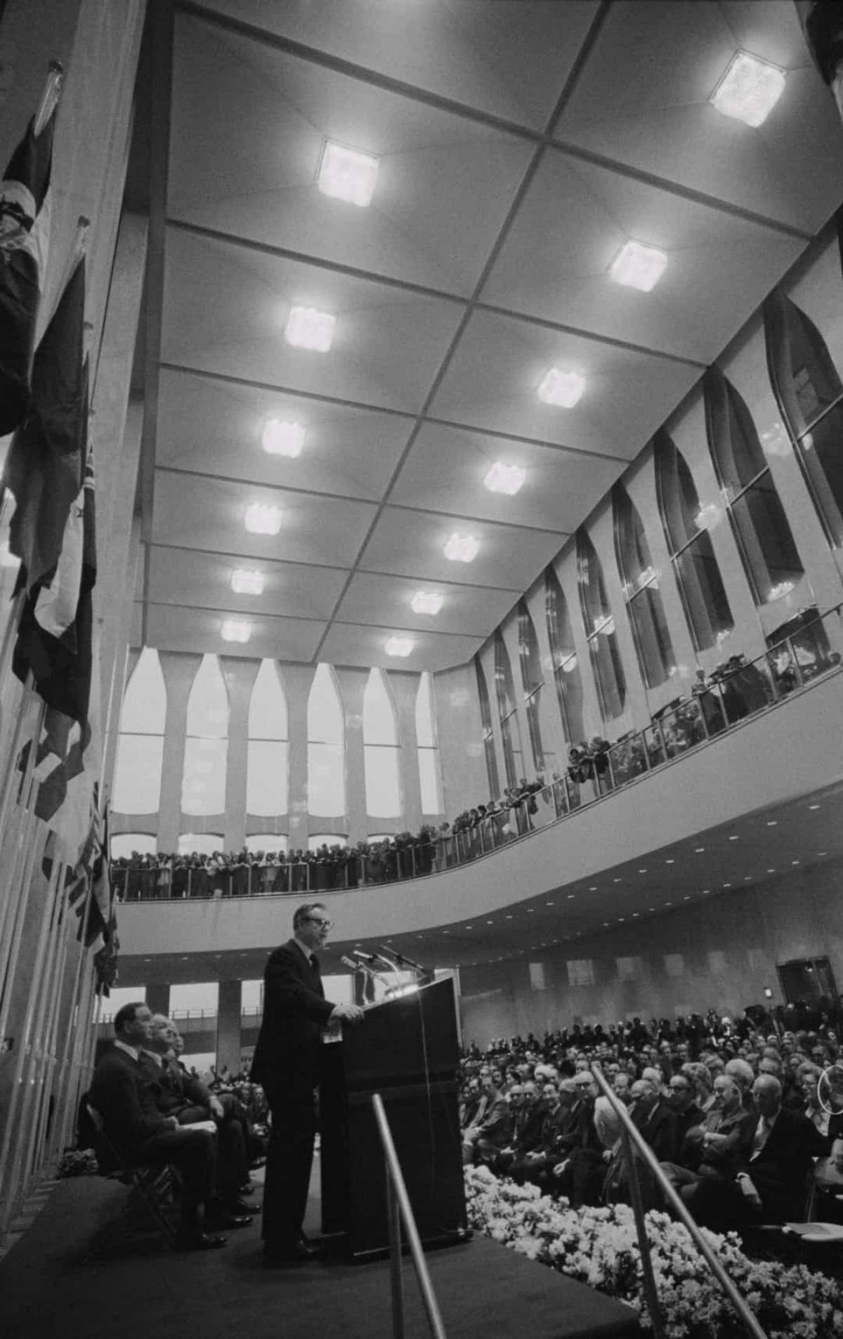 """Trung tâm Thương mại Thế giới chính thức khánh thành vào ngày 4/4/1973. """"Giấc mơ của chúng ta thường ít khi trở thành hiện thực. Nhưng hôm nay giấc mơ của chúng ta đã thành hiện thực"""", Thống đốc New York Nelson Rockefeller, anh trai của David Rockefeller, nói trong lễ khánh thành."""