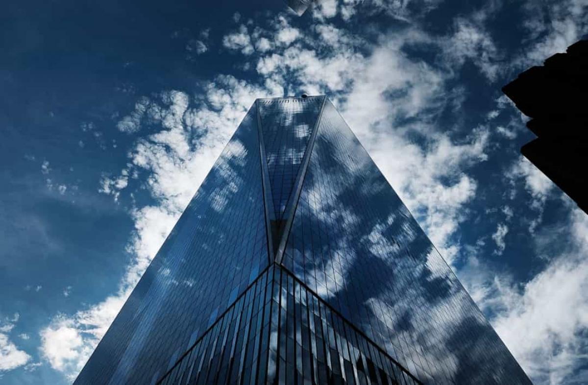 Sau vụ khủng bố ngày 11/9/2001, khu phức hợp Trung tâm Thương mại Thế giới hoàn toàn bị phá hủy. Tòa tháp đôi sụp đổ, những công trình gần đó cũng trở thành đống đổ nát. 17 năm sau, khu vực này được xây dựng lại thành tòa Trung tâm Thương mại Thế giới Một./.