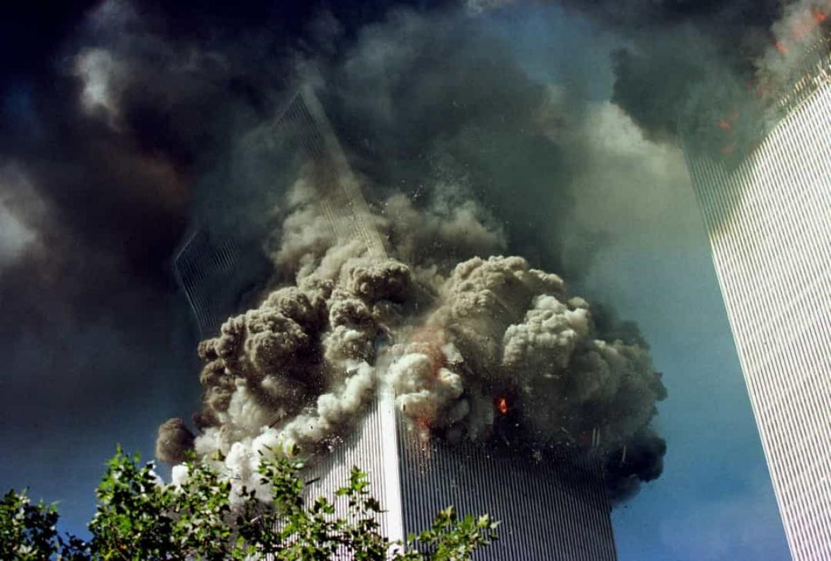 Ngọn lửa bùng phát qua các tòa tháp đã làm hỏng cấu trúc lõi đến mức cả 2 tòa tháp đều sụp đổ khoảng một giờ sau khi bị máy bay đâm vào. Vụ tấn công đã phá hủy và đốt cháy hầu hết phần còn lại của khu phức hợp bên dưới của Trung tâm Thương mại Thế giới.
