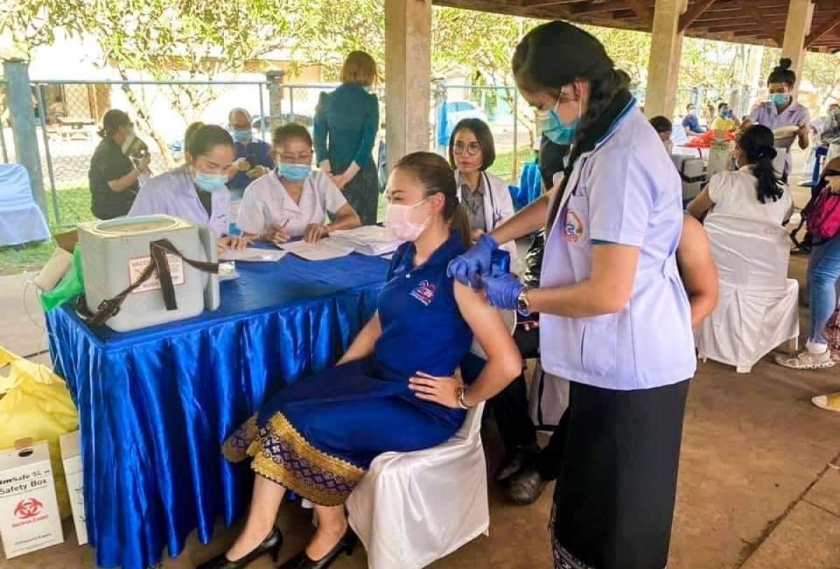 Người dân Lào tích cực đi tiêm vaccine ngừa Covid-19. (Nguồn: Đài phát thanh quốc gia Lào)