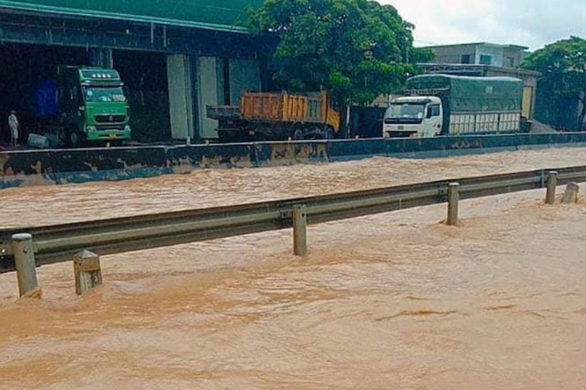 Quốc lộ 1A đoạn qua địa bàn phường Quỳnh Xuân, thị xã Hoàng Mai bị ngập do mưa lớn.