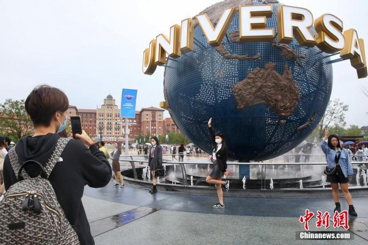 Công viên giải trí Universal Studios lớn nhất thế giới ở thủ đô Bắc Kinh trong ngày chính thức mở cửa đón khách. Ảnh: Chinanews.