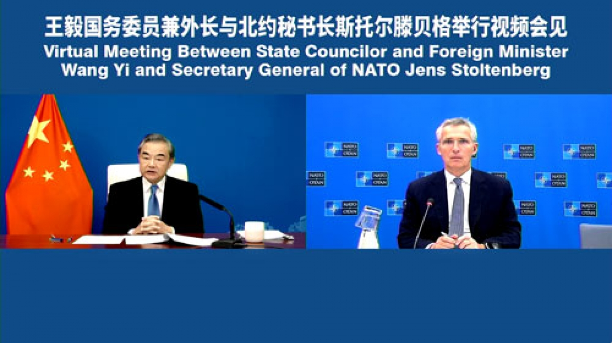 Ngoại trưởng Trung Quốc Vương Nghị và Tổng thư ký NATO Jens Stoltenberg gặp trực tuyến. Ảnh: Bộ Ngoại giao Trung Quốc.
