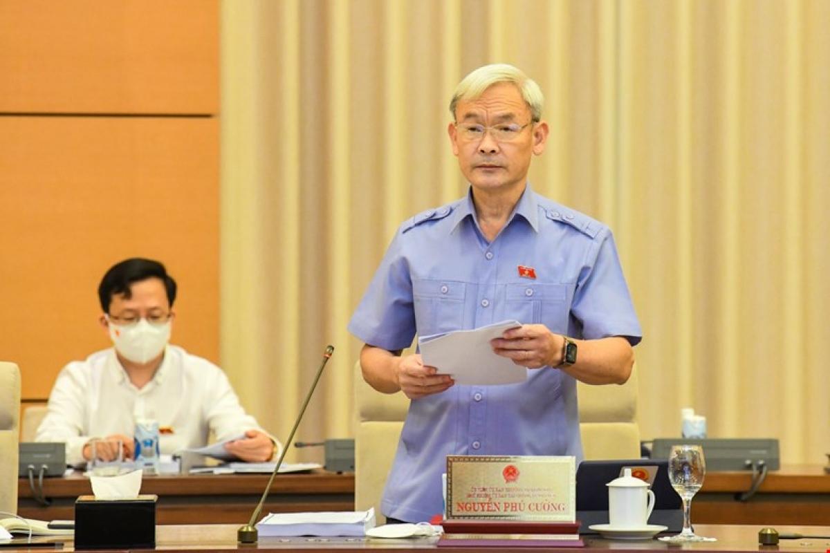 Chủ nhiệm Ủy ban Tài chính – Ngân sách của Quốc hội Nguyễn Phú Cường trình bày báo cáo. Ảnh: Quốc hội