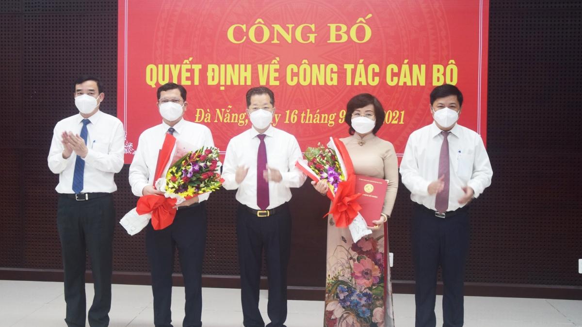 Bí thư Thành uỷ Đà Nẵng Nguyễn Văn Quảng (giữa) và lãnh đạo thành phố chúc mừng 2 tân Phó Chủ tịch UBND thành phố là ông Trần Phước Sơn và bà Ngô Thị Kim Yến.